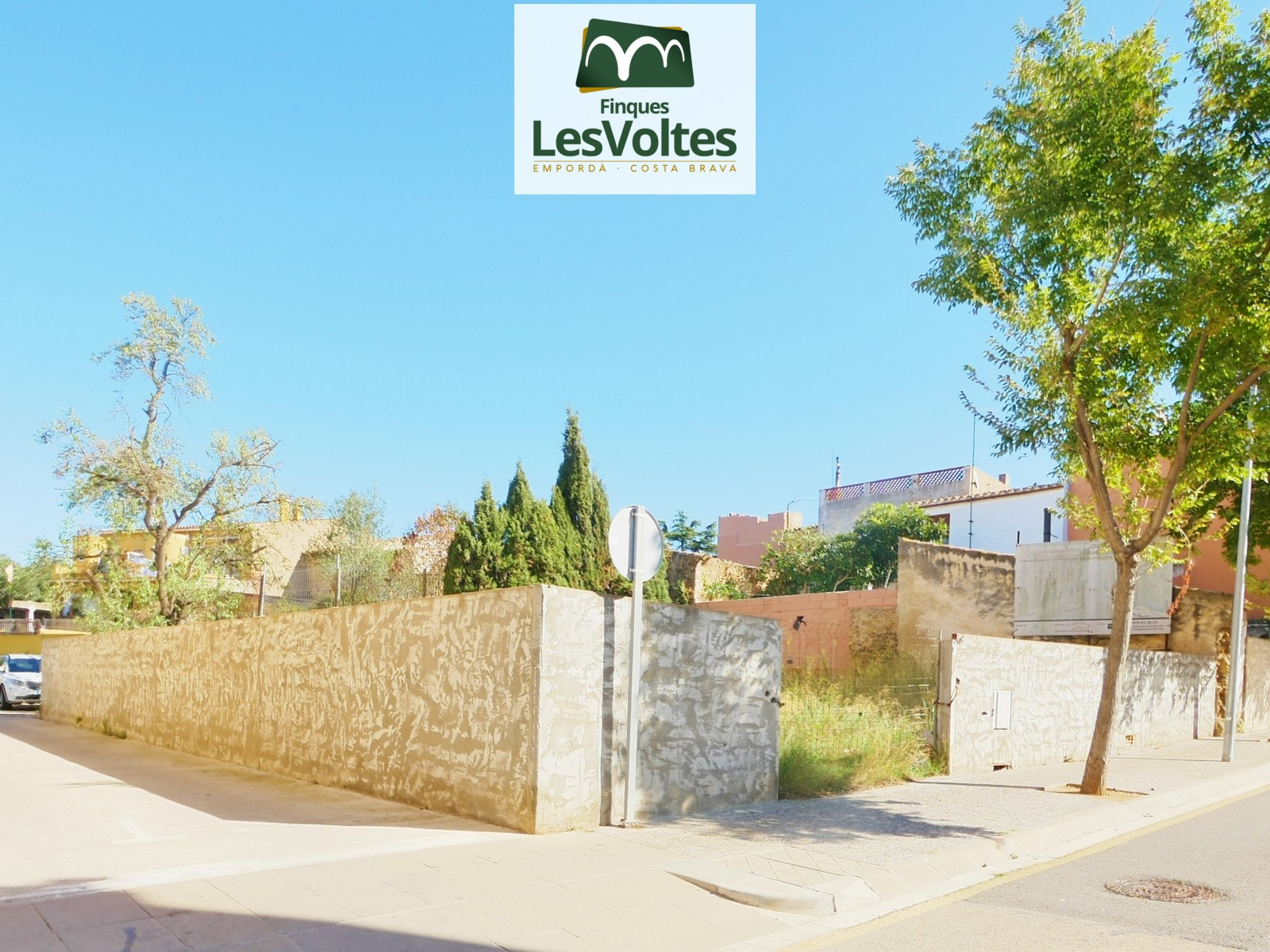 Corner plot of 287 m2 for sale in the center of Palafrugell. Good situation.