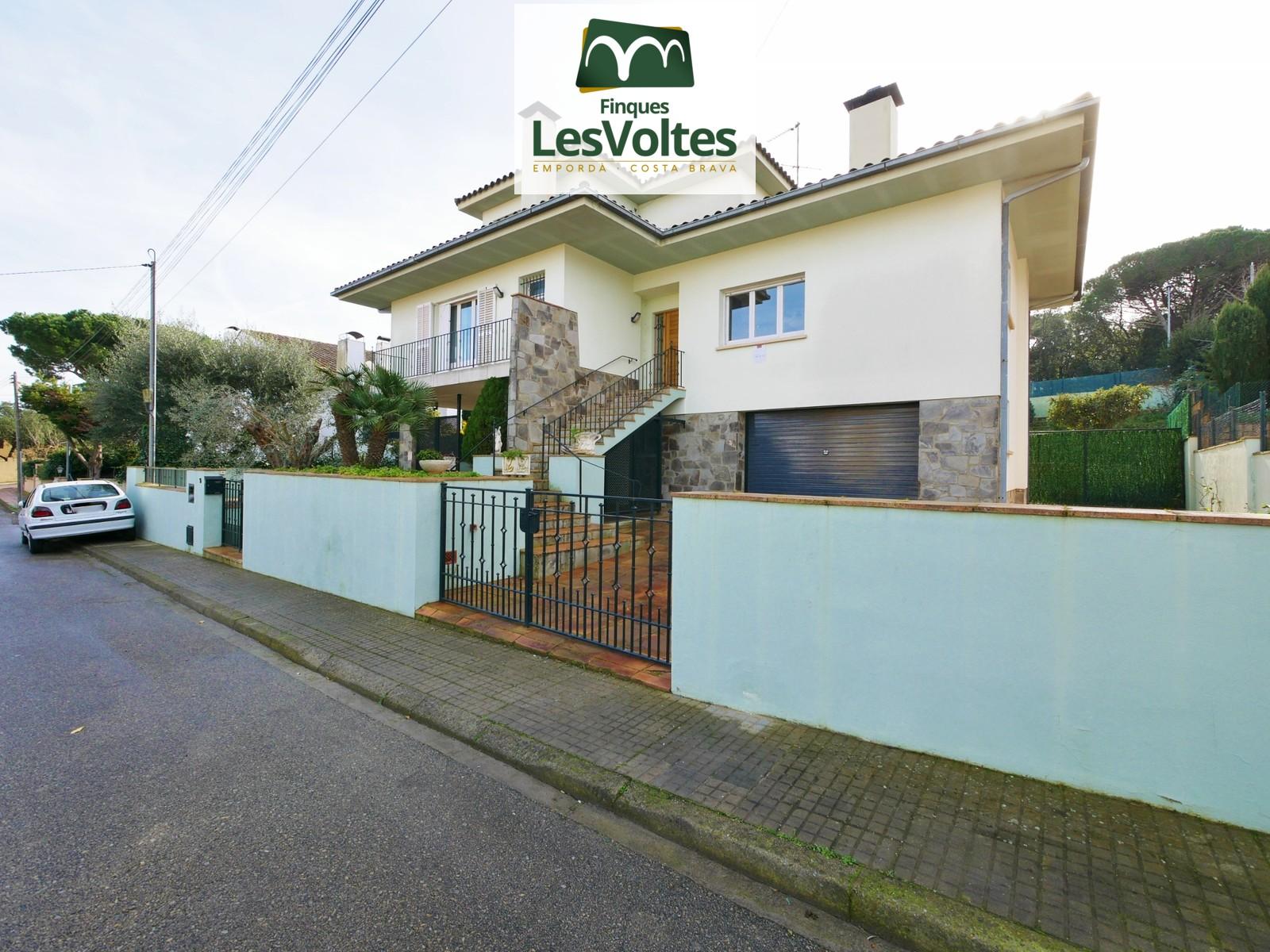 Magnífica casa unifamiliar amb jardí i piscina en lloguer a Palafrugell. Casa impecable a punt per entrar-hi a viure.
