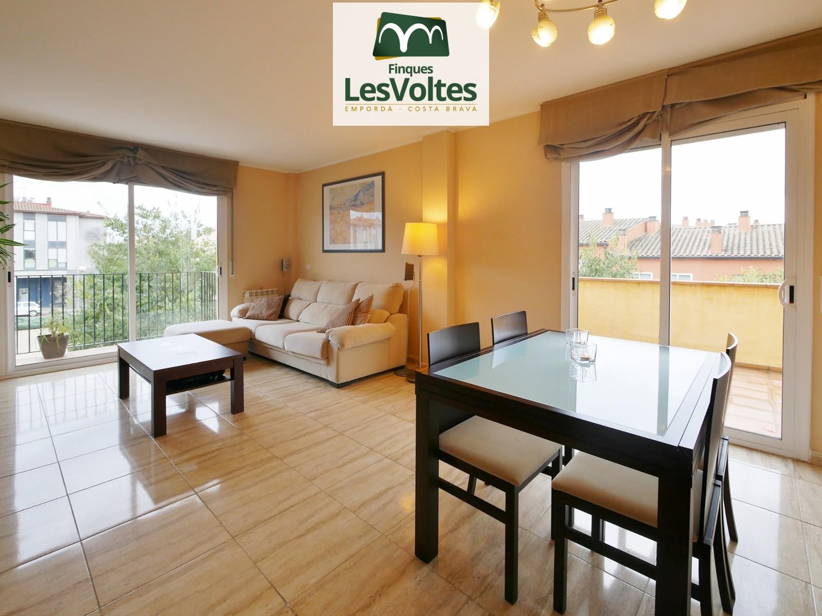 Magnífic pis amb Terrassa i plaça d'aparcament en venda a Palafrugell. Totalment exterior i molt lluminós.