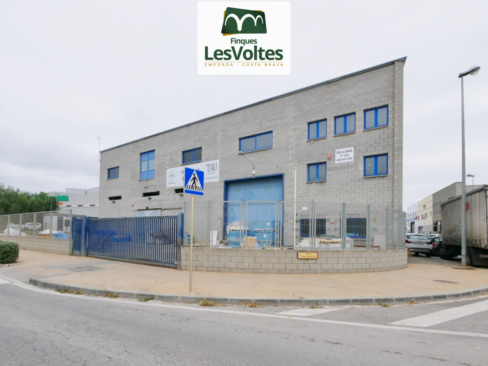 LARGE CORNER INDUSTRIAL WAREHOUSE FOR SALE IN PALAMÓS. ENTRY AREA WITH VERY VISIBILITY AND VEHICLE PASS.