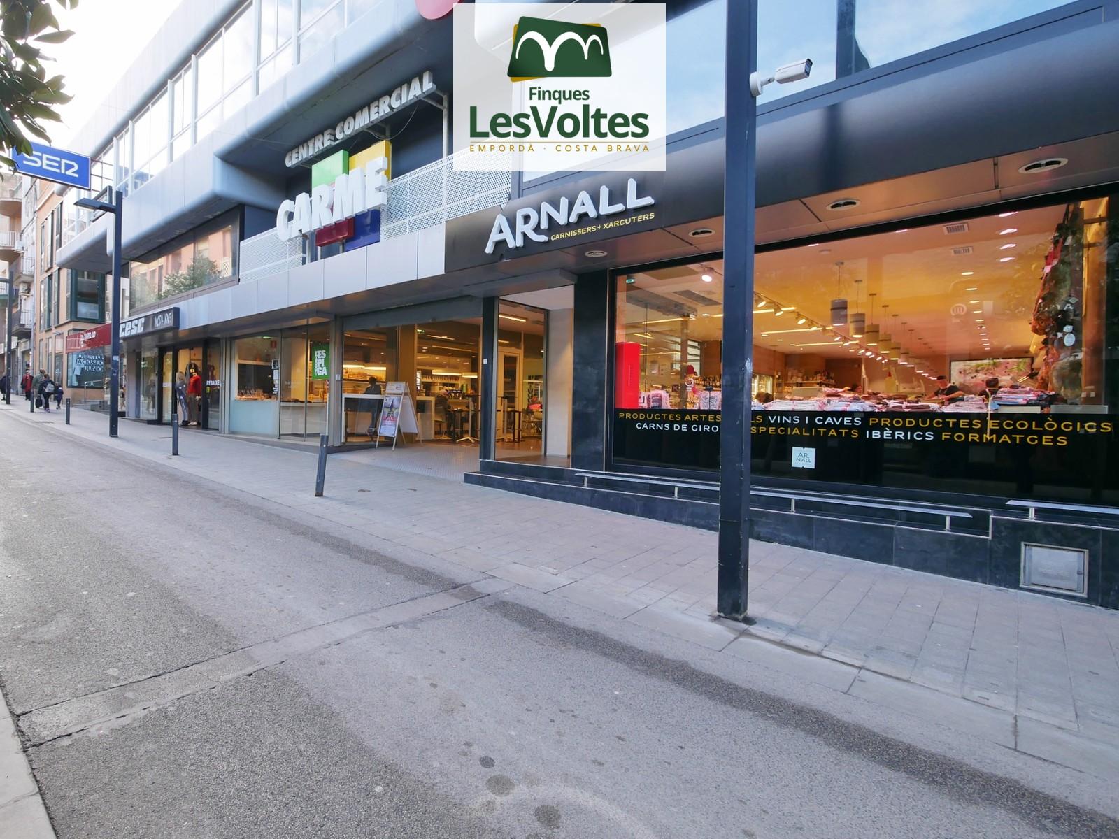 Local comercial de 65 m2 situado en zona comercial, de paso y muy visible de Palamós a las Galerías Carmen.