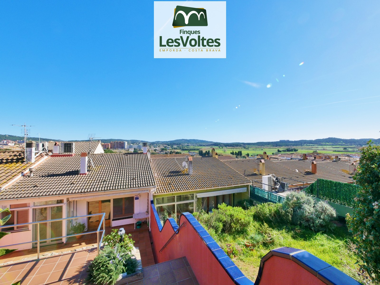 Magnificent house with garden and garage for sale in Mont-ras. Impeccable property.
