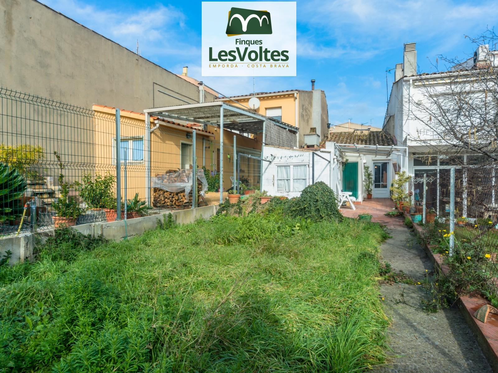 Casa de pueblo con jardín en venta a un paso del centro de Palafrugell. Muchas posibilidades con poca inversión.
