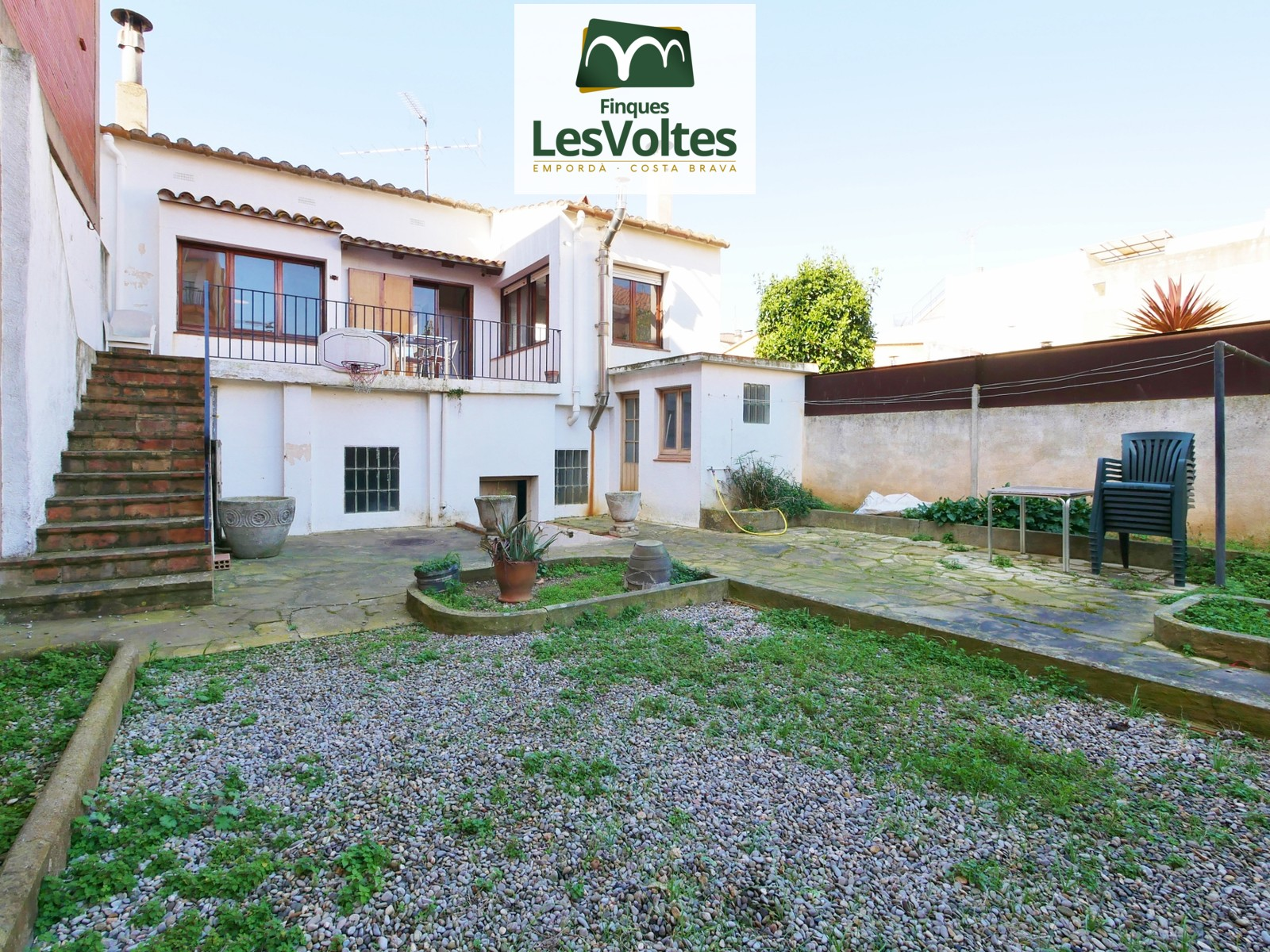 GREAT HOUSE WITH GARDEN AND GARAGE OF 140M2 FOR SALE IN THE CENTER OF PALAFRUGELL. ACCESS THROUGH TWO STREETS AND BUILDING PL