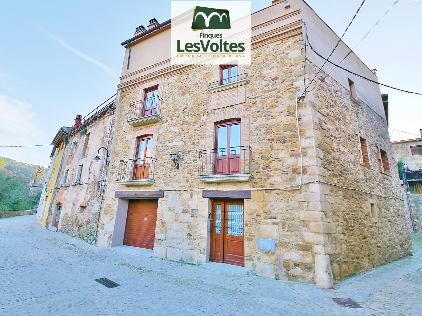 STONE HOUSE OF 590 WITH 4 PLANTS WITH ELEVATOR, GARAGE, PORCH AND TERRACE OF 60 M2 FOR SALE IN JUIÀ.