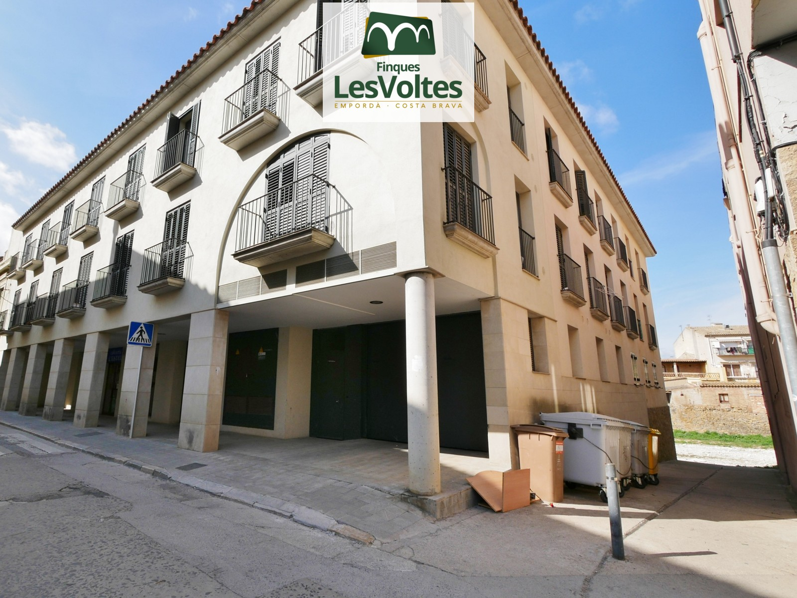 FLAT OF 71 M2 IN FIRST FLOOR WITH ELEVATOR WITH 3 ROOMS AND PARKING SPACE  FOR SALE IN THE CENTER OF LA BISBAL D'EMPORDÀ.