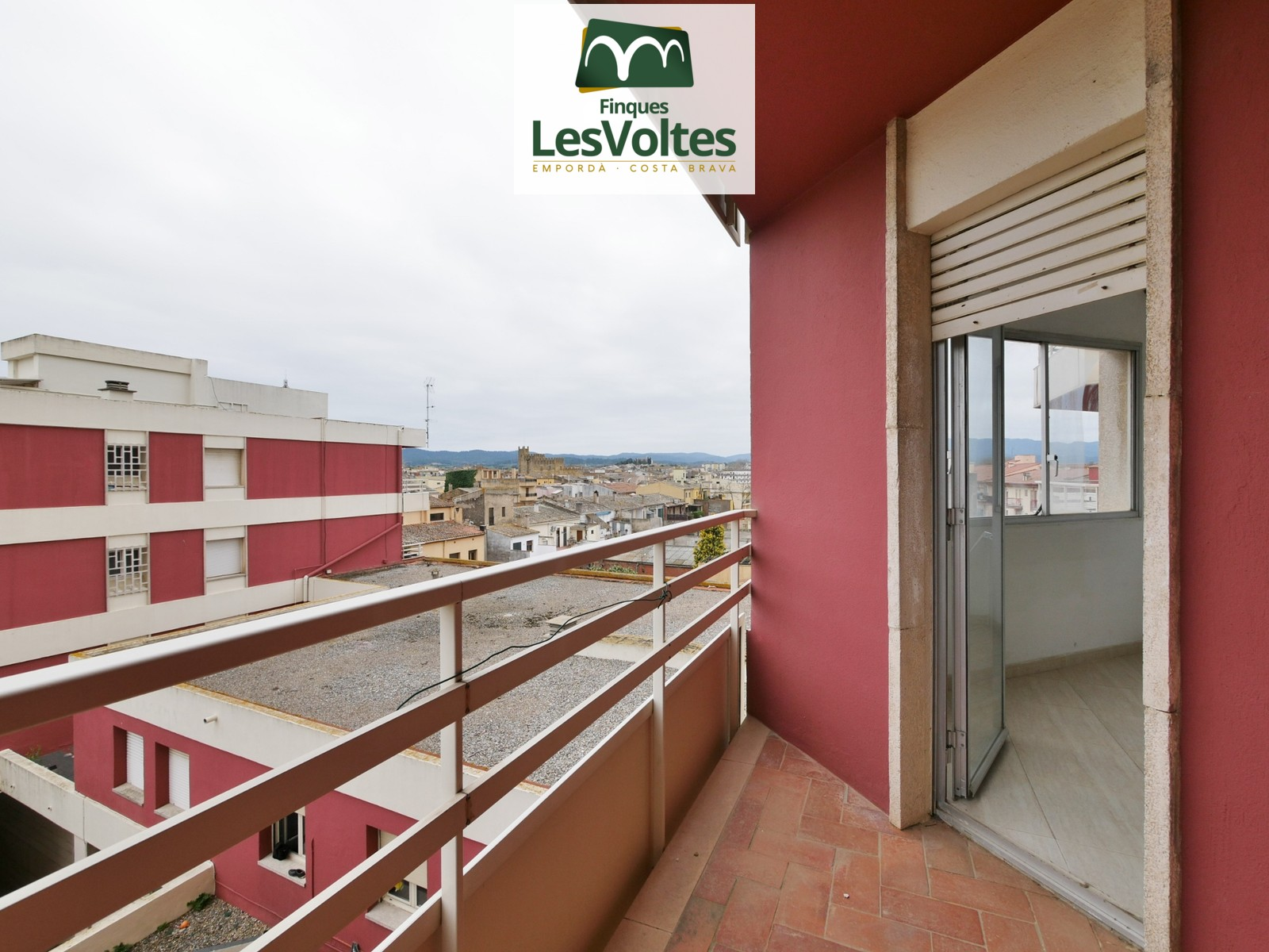 DOWNTOWN APARTMENT OF 97 M2 TO REFORM ON THE SECOND FLOOR WITH ELEVATOR AND THREE BEDROOMS FOR SALE IN LA BISBAL D'EMPORDÀ.