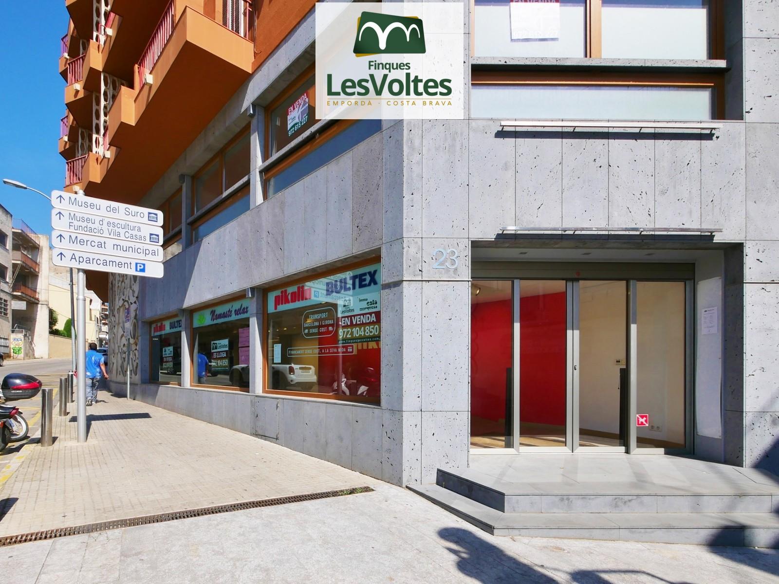 Gran local comercial con encanto de alquiler en el centro de Palafrugell.