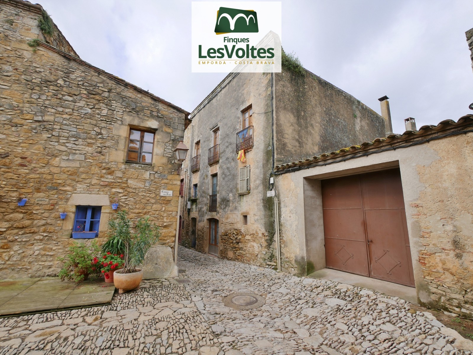 SEMI RENOVATED APARTMENT OF 150 M2 IN OLD HOUSE, WITH 3 BEDROOMS, TERRACE AND YARD FOR SALE IN PERATALLADA.