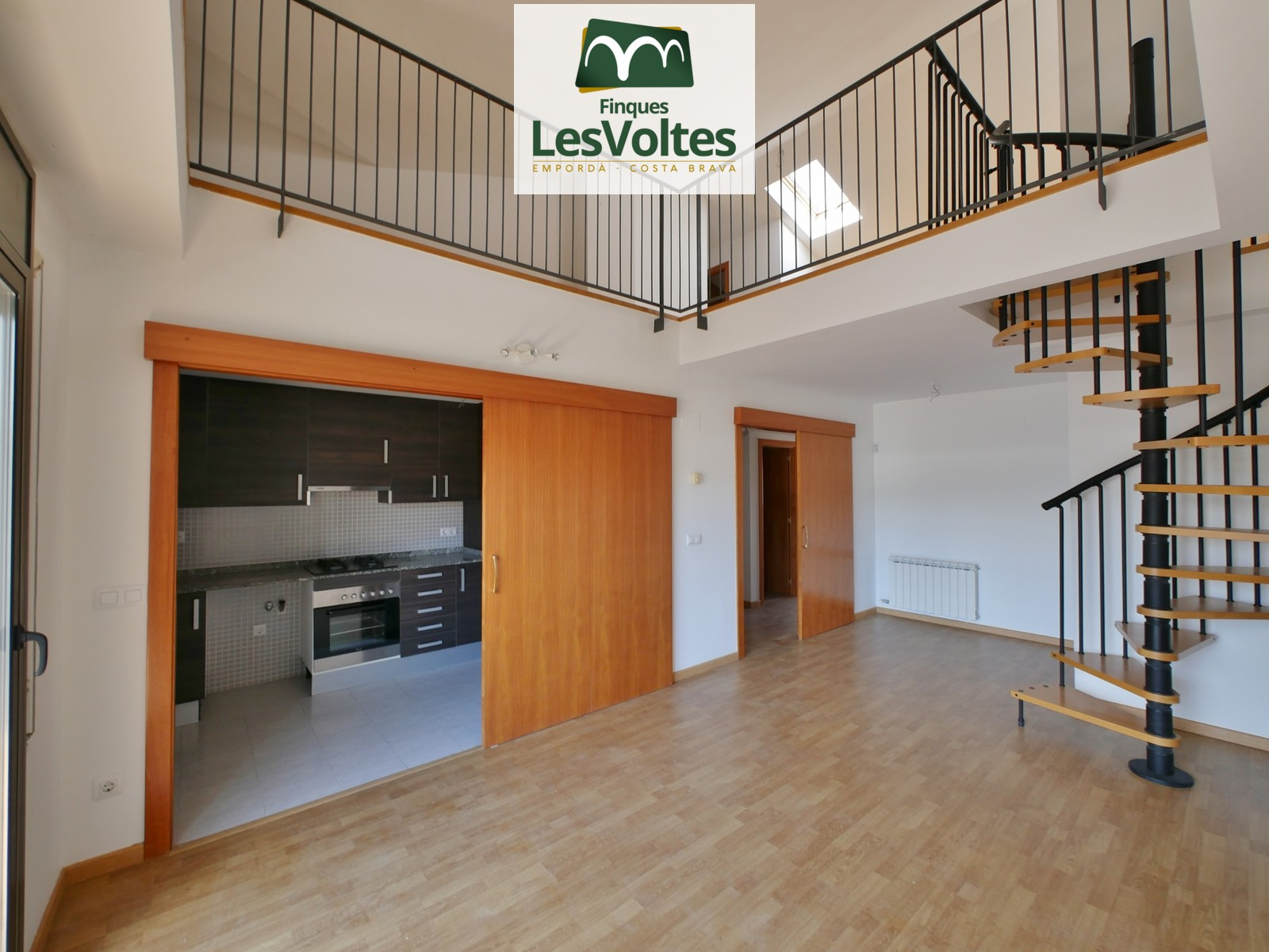 IMPRESSIVE DUPLEX OF 130 M2 WITH ELEVATOR, BALCONY AND ACCESS TO COMMUNITY POOL FOR SALE IN LA BISBAL D'EMPORDÀ.