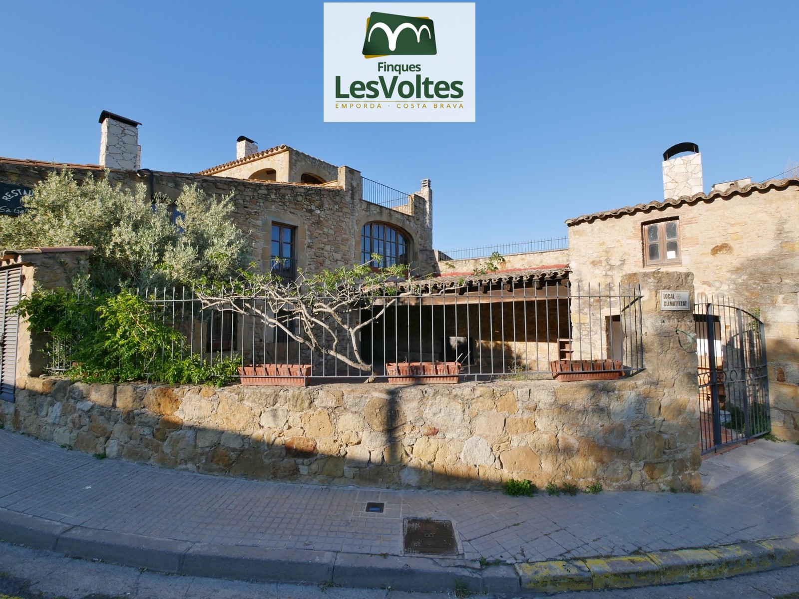 SINGLE FAMILY STONE HOUSE OF 520 M2 WITH 3 FLOORS, YARD AND WAREHOUSE FOR SALE IN THE OLD TOWN OF PALS.