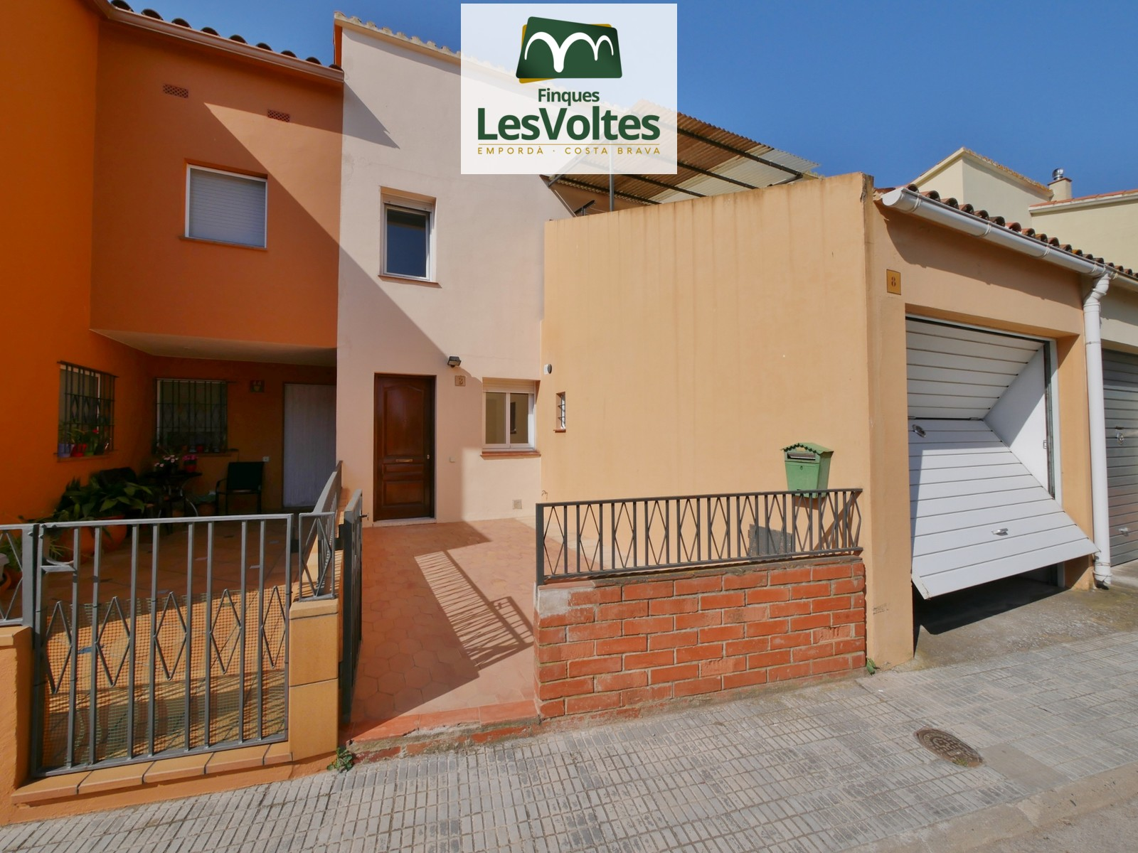 TERRACED HOUSE OF 100 M2 WITH 4 BEDROOMS, GARAGE, PATIO AND TERRACE FOR RENT IN CORÇÀ.