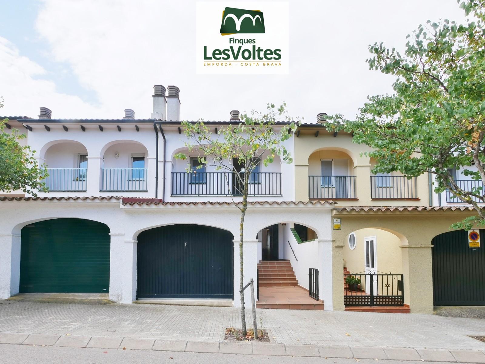 Casa de 4 habitaciones con patio en venta en Palafrugell. Zona tranquila y bien situada.