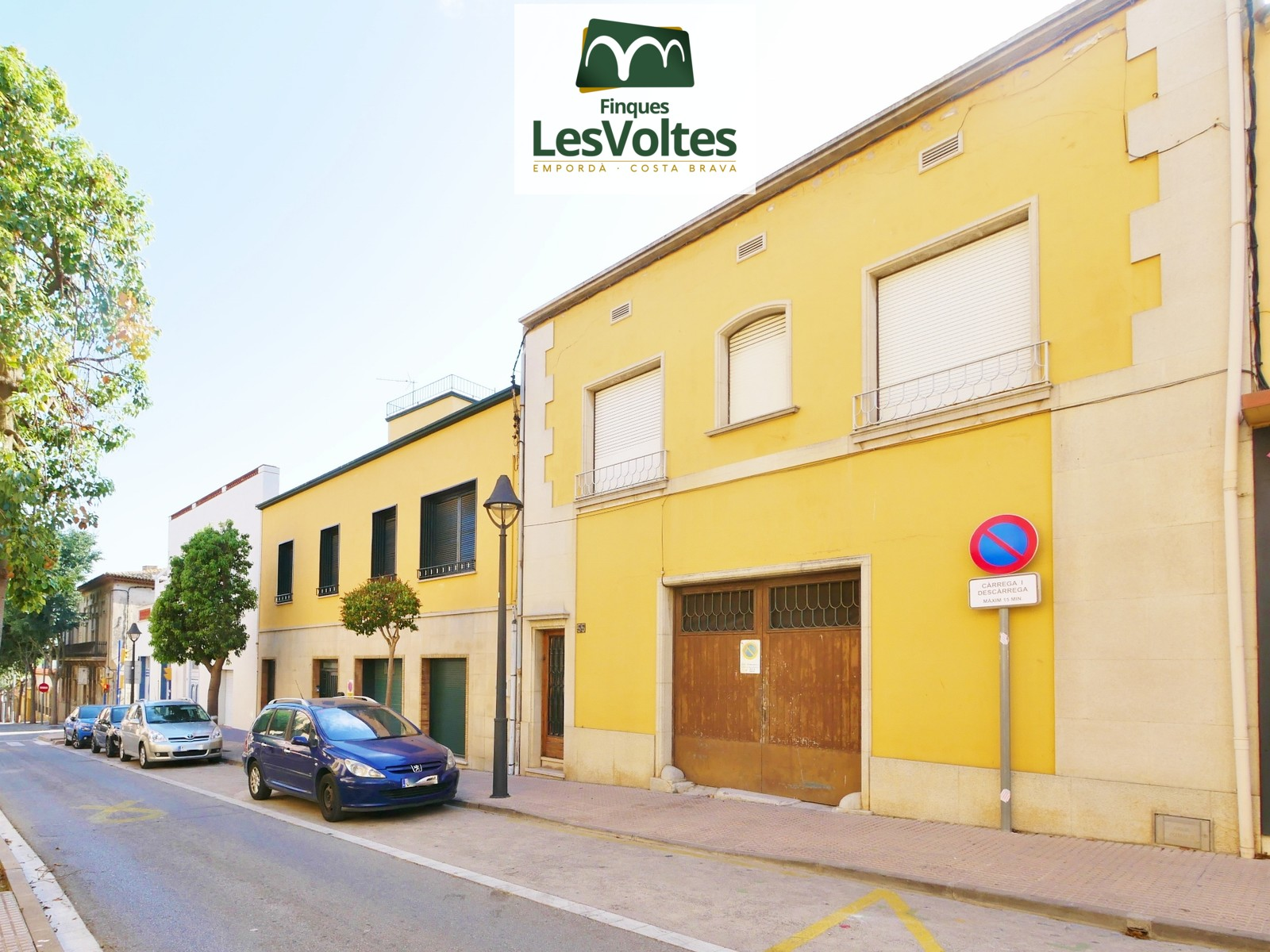 GREAT VILLAGE HOUSE WITH PATIO FOR SALE IN PALAFRUGELL. 2 STREET FACADE WITH LARGE GARAGE.