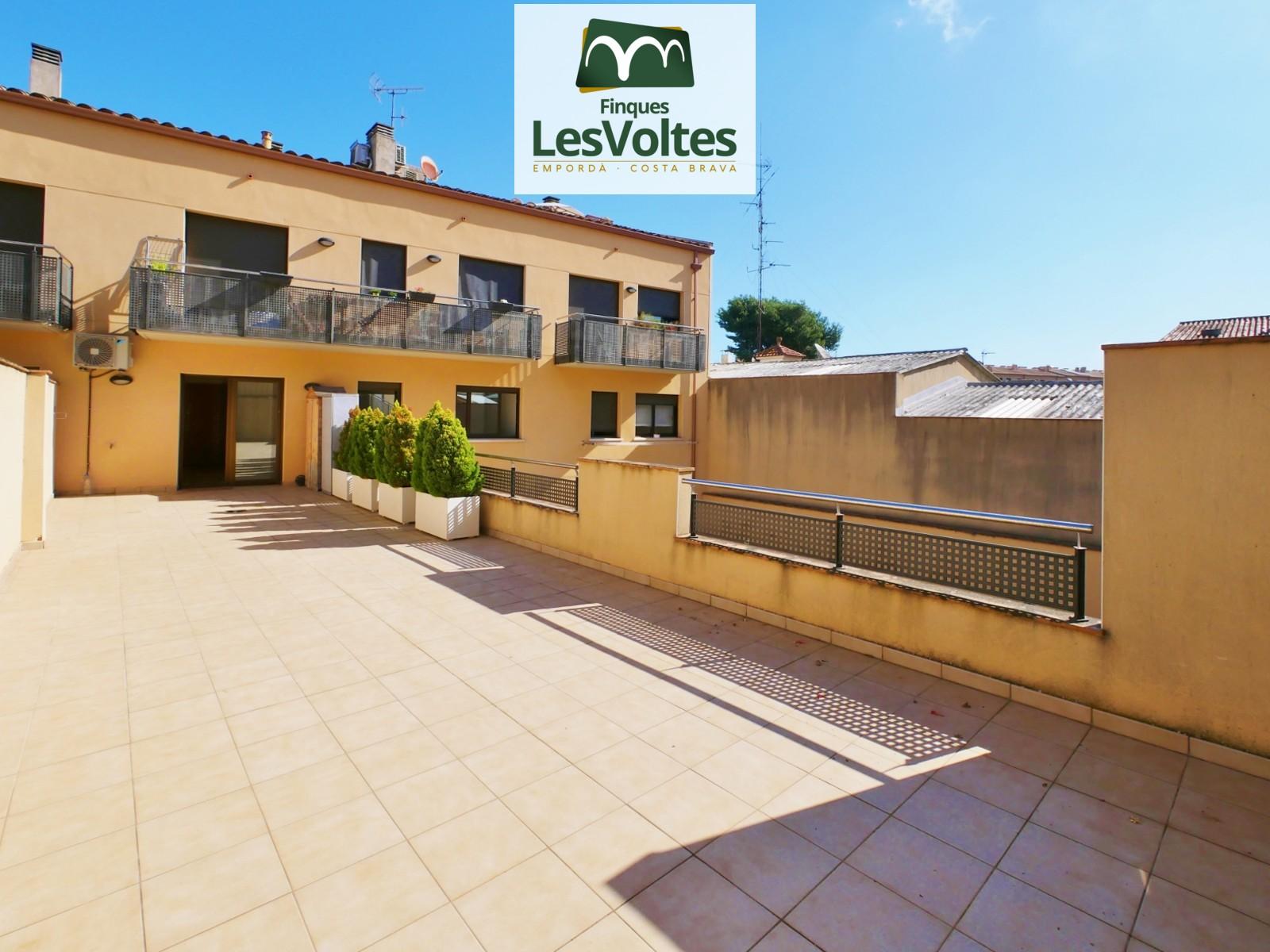 Magnífic pis amb gran terrassa i plaça d'aparcament en venda a Palafrugell.