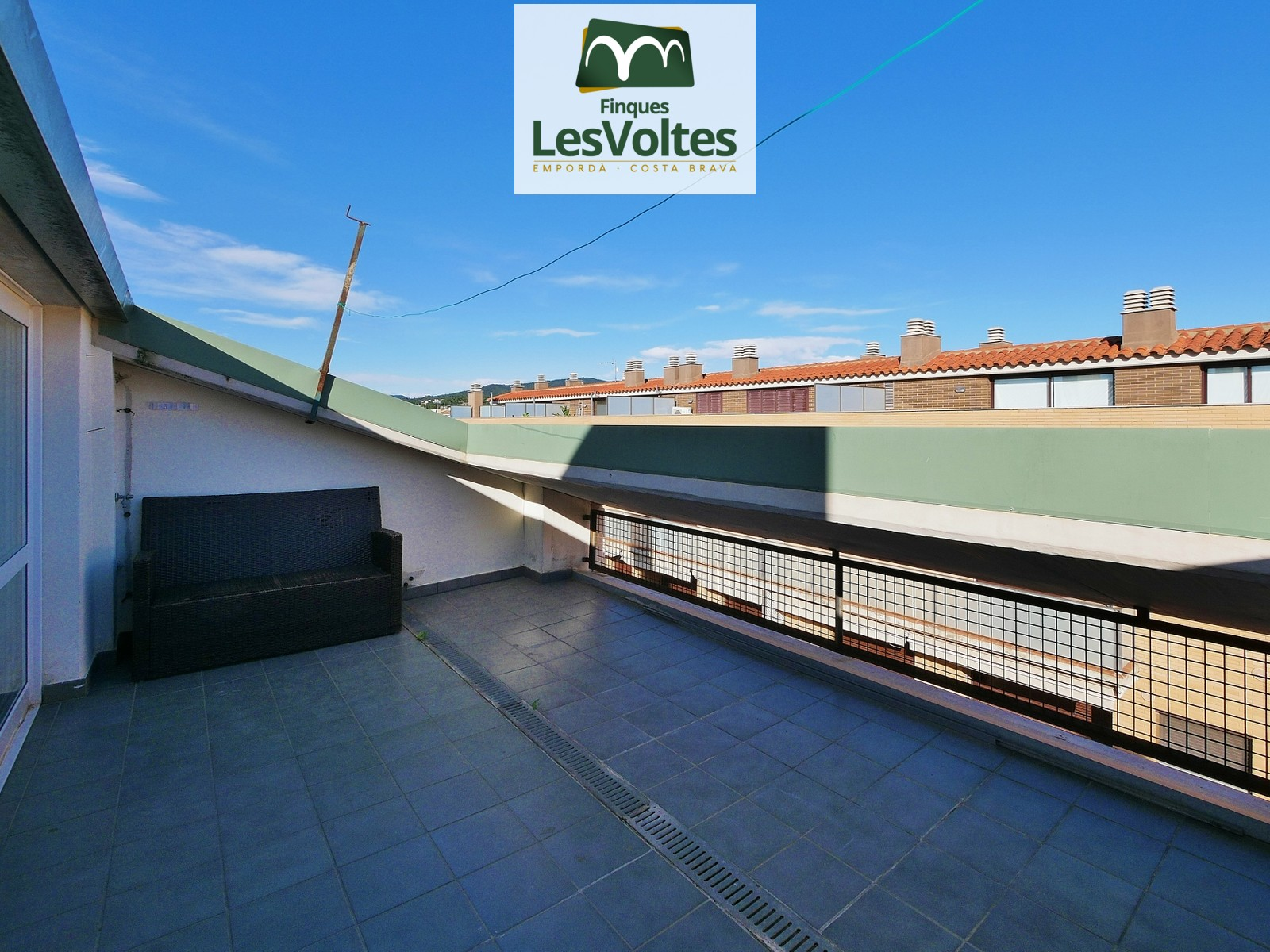 2-bedroom duplex penthouse with terrace for sale in an unbeatable location in Palamós.