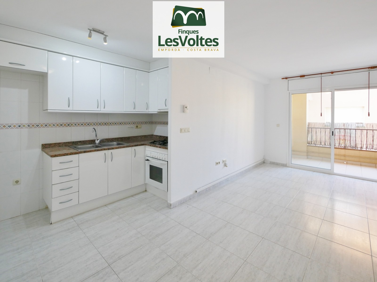 2-bedroom apartment with balcony for sale in Palafrugell. Good situation one step away from the center.