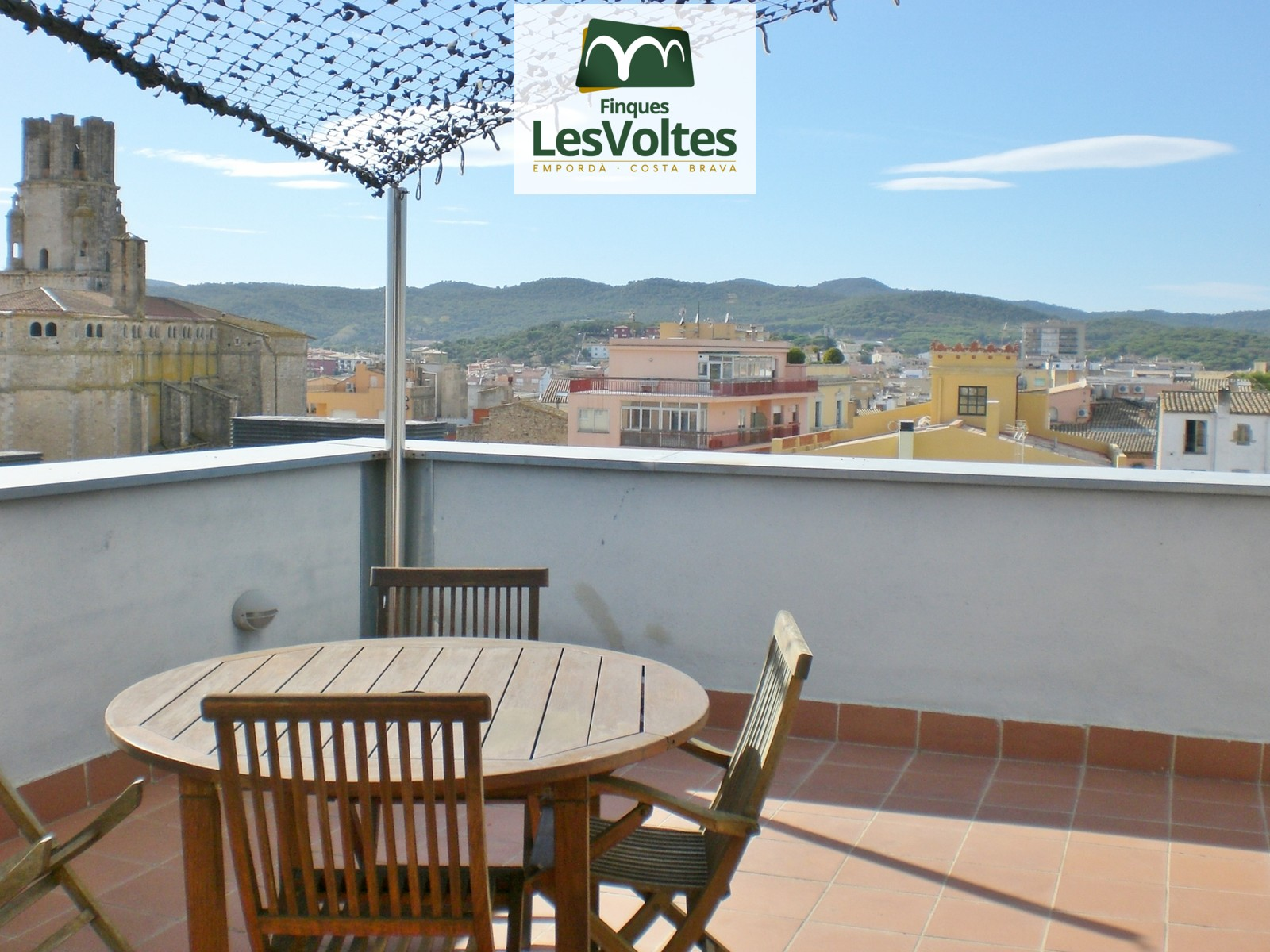 MAGNIFICENT DUPLEX 104M2 PENTHOUSE WITH 50M2 TERRACE FOR SALE IN THE CENTER OF PALAFRUGELL. PARKING SPACE AND STORAGE INCLUDE