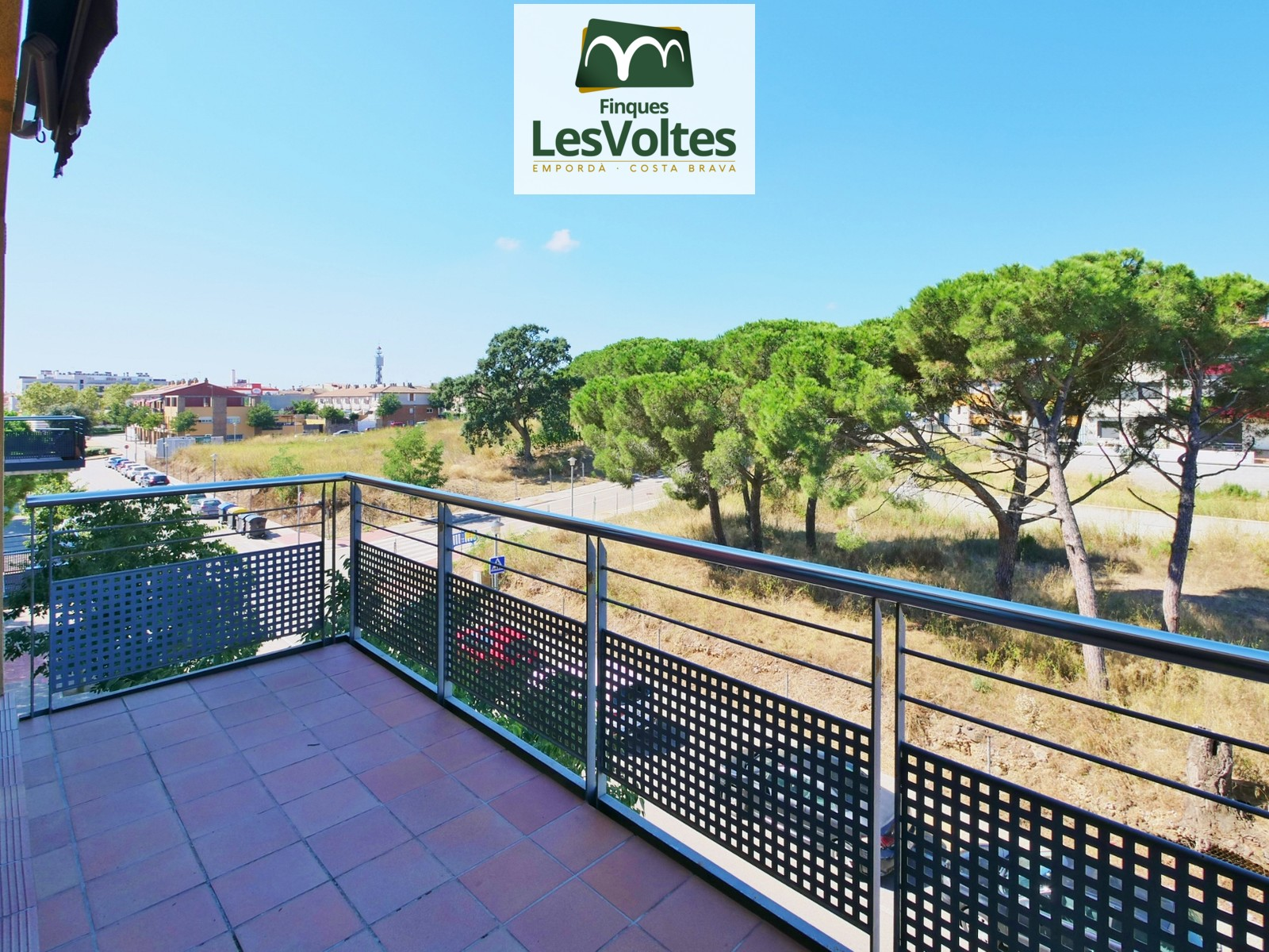 Magnificent apartment with balcony and parking space for sale in Palafrugell. Located in a very quiet residential area.