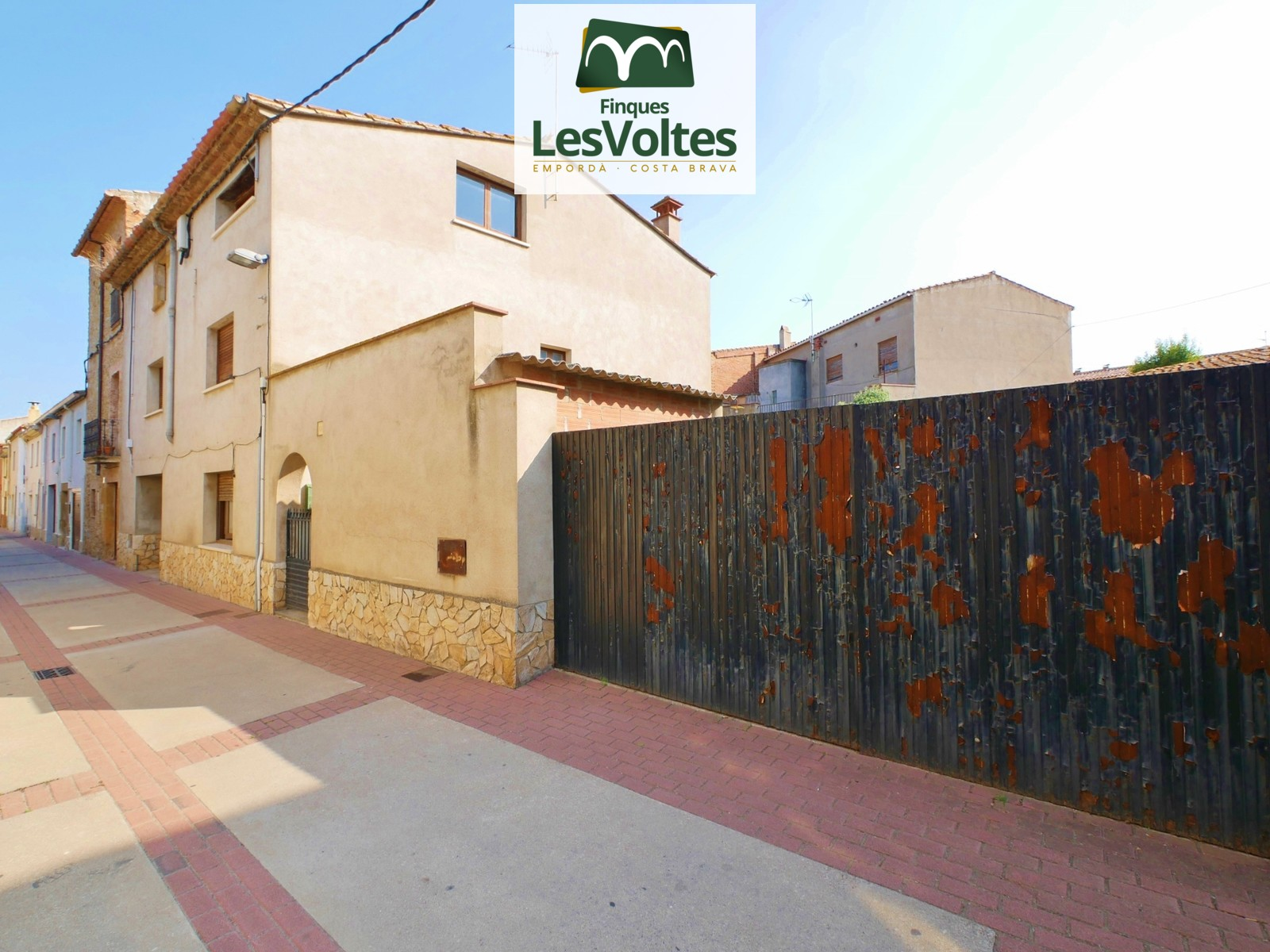 HABITABLE STONE HOUSE OF 373 M2 WITH SPACES TO REFORM  AND YARD OF 294 M2 FOR SALE IN LA BISBAL D'EMPORDÀ.