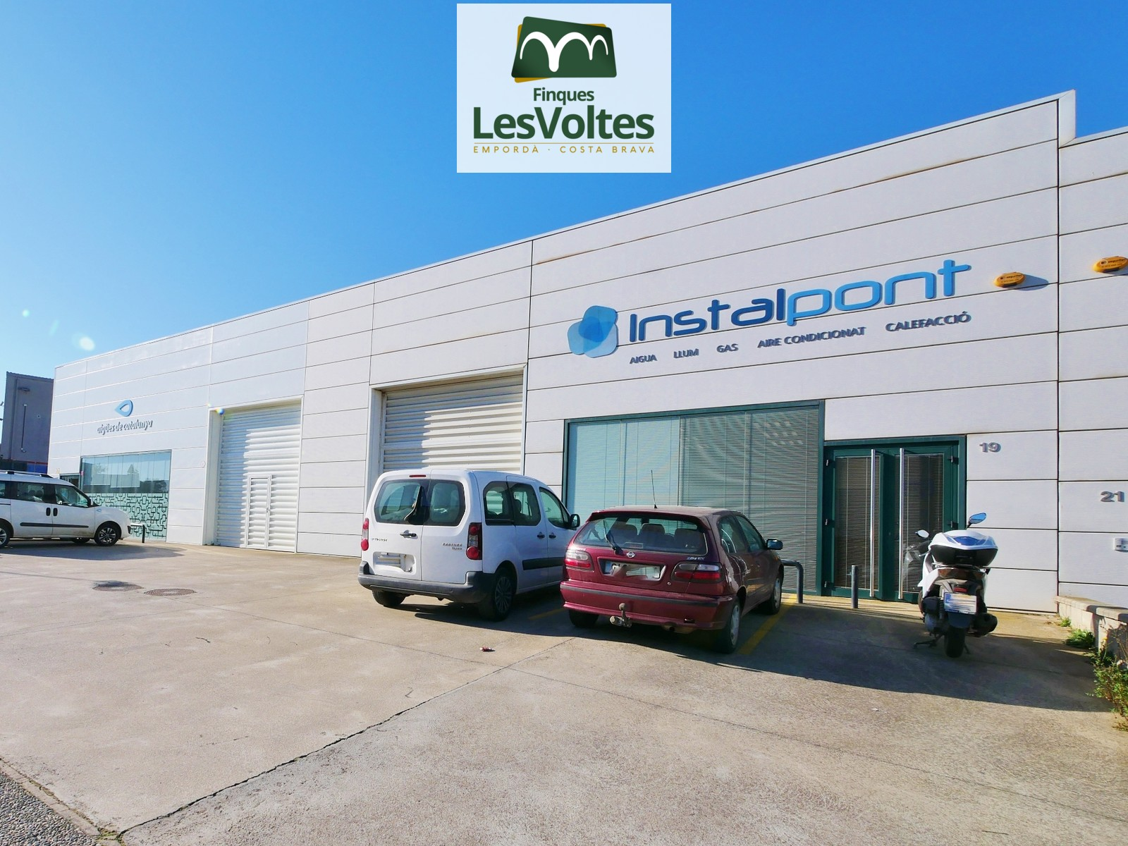 Fully open-plan industrial warehouse with office for rent in Palafrugell.