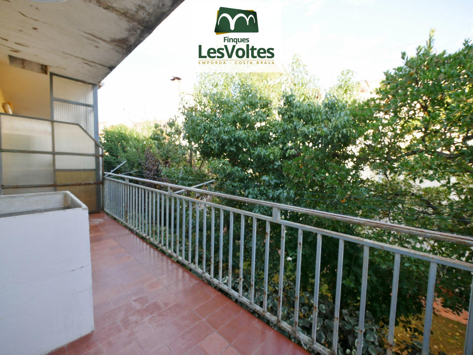 81 M2 APARTMENT TO REFORM ON THE FIRST FLOOR WITHOUT ELEVATOR, WITH 3 BEDROOMS AND TERRACE FOR SALE IN LA BISBAL D'EMPORDÀ.