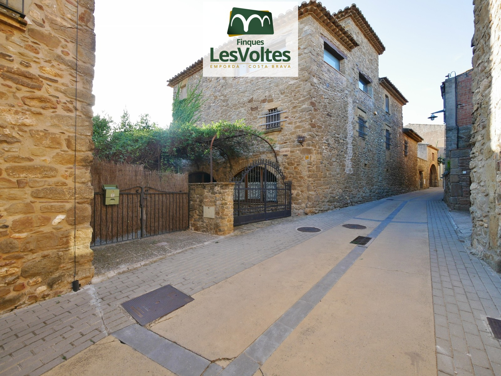 MAJESTIC RESTORED STONE HOUSE OF 560 M2 WITH GARDEN AND TERRACE WITH VIEWS FOR SALE IN THE BAIX EMPORDÀ.