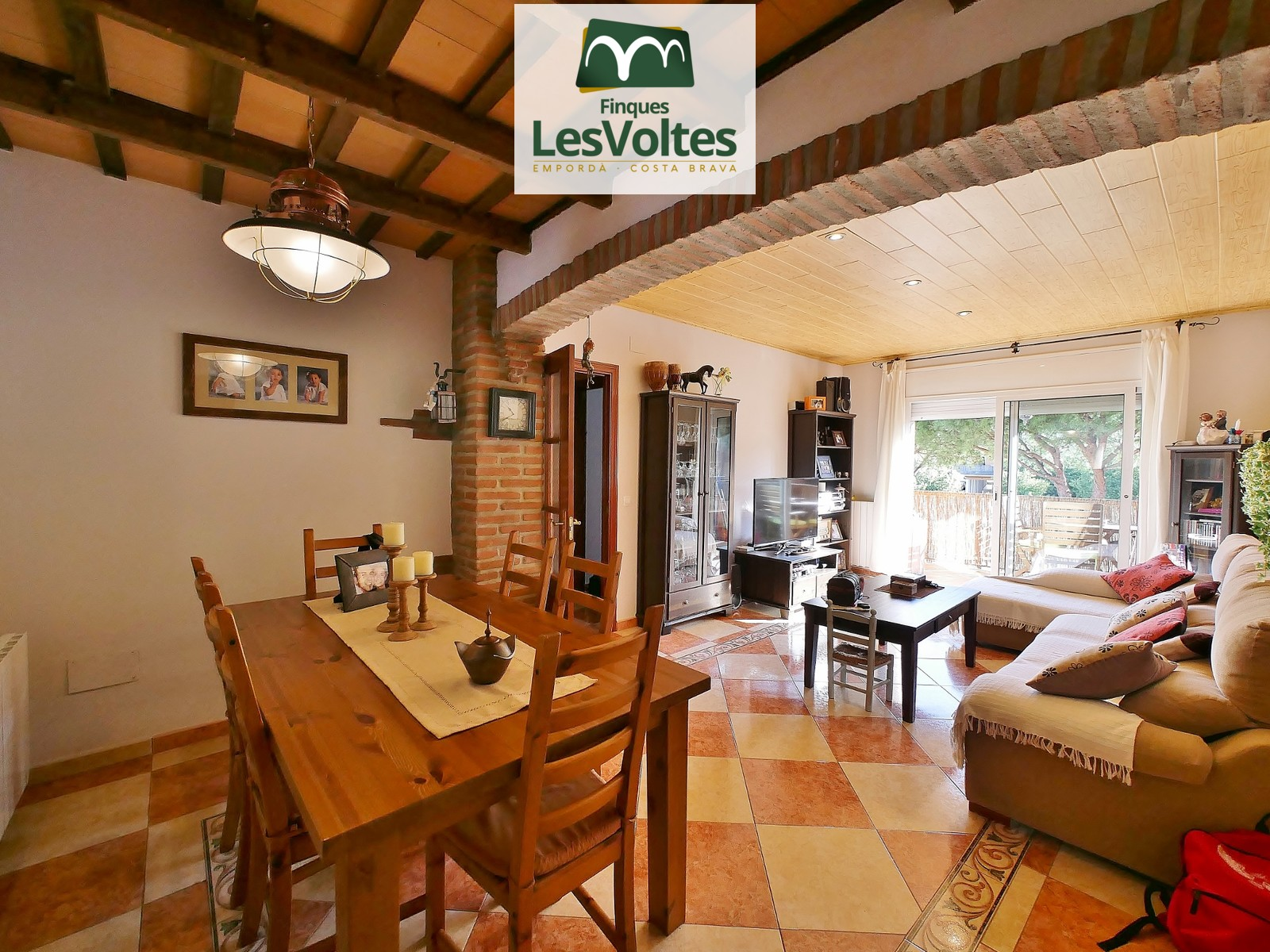 MAGNIFICENT RUSTIC STYLE 98M2 CORNER FLAT WITH PÀRQUING AND STORAGE ROOM FOR SALE IN PALAFRUGELL. GOOD SITUATION.