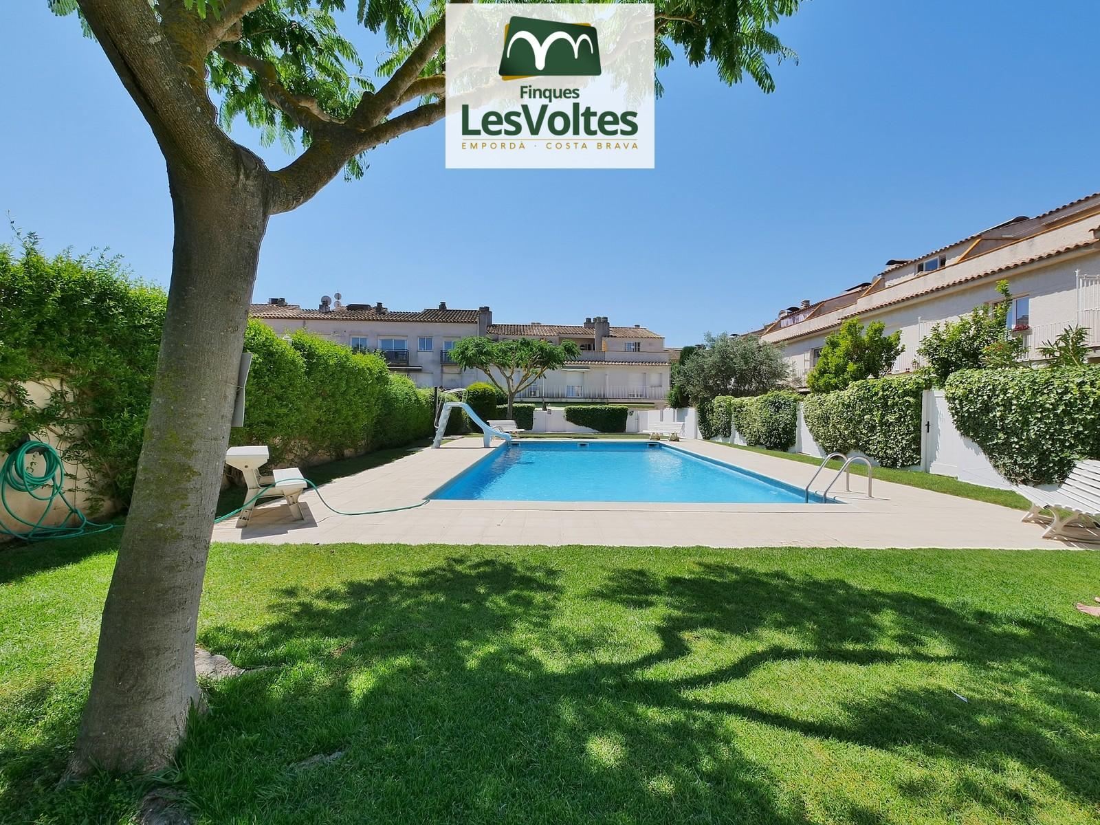 Oportunitat! Magnífica casa 240 m2 amb jardí i piscina en venda a Palafrugell. Molt a prop del centre.