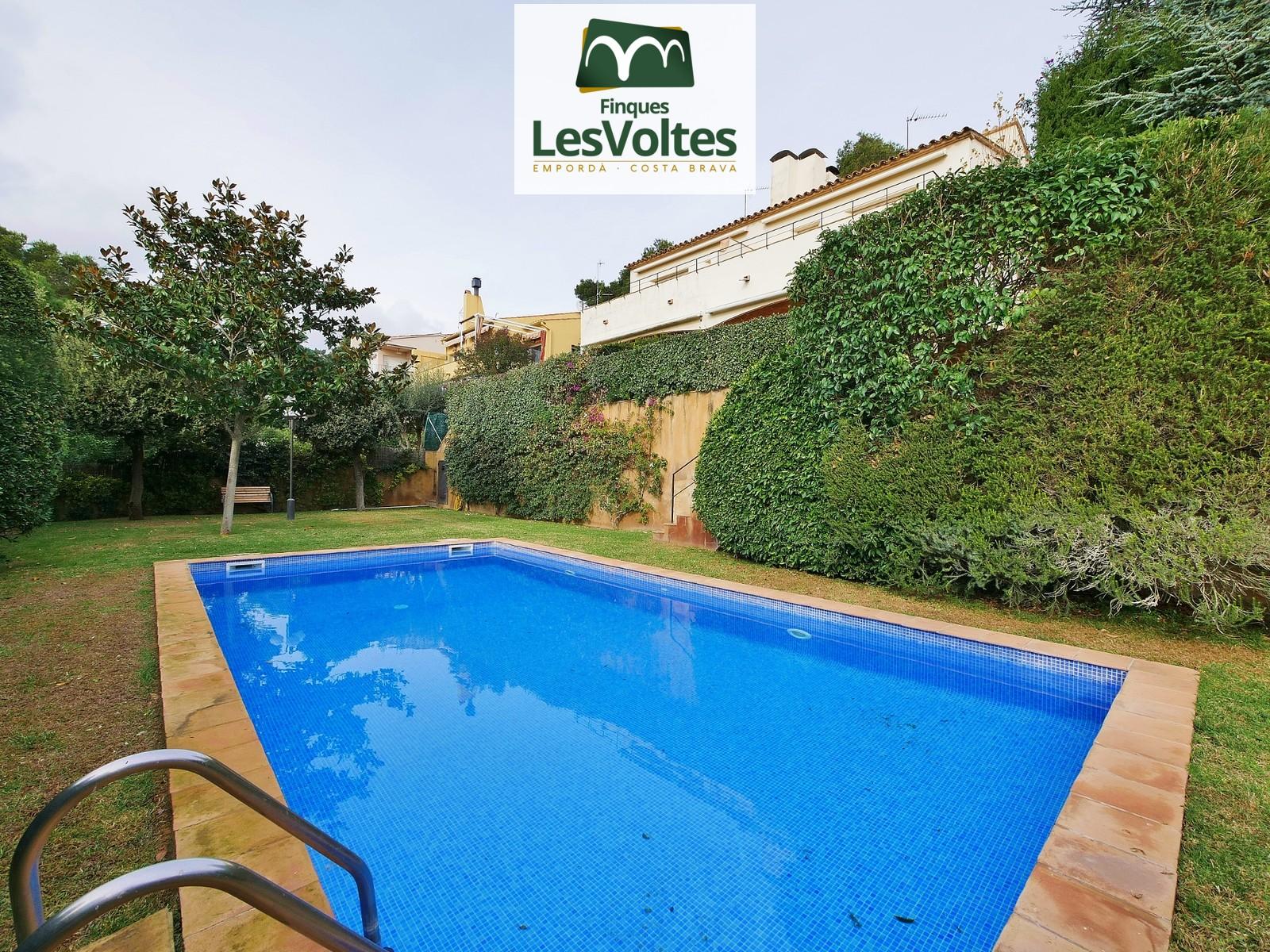 Magnífica oportunidad! Casa a tres vientos con jardín y piscina en venta en Llafranc con vistas.