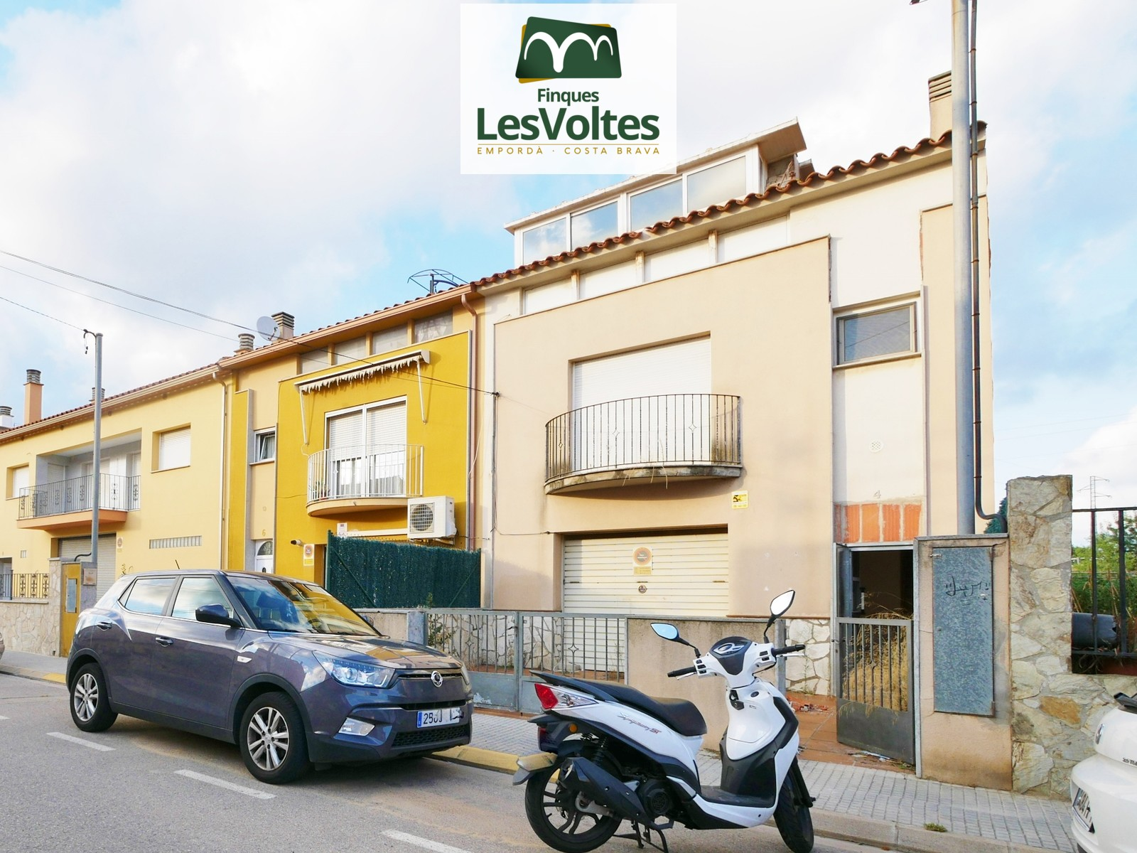TOWNHOUSE WITH GARAGE AND GARDEN FOR SALE IN PALAMÓS. ENTRANCE BY 2 STREETS.