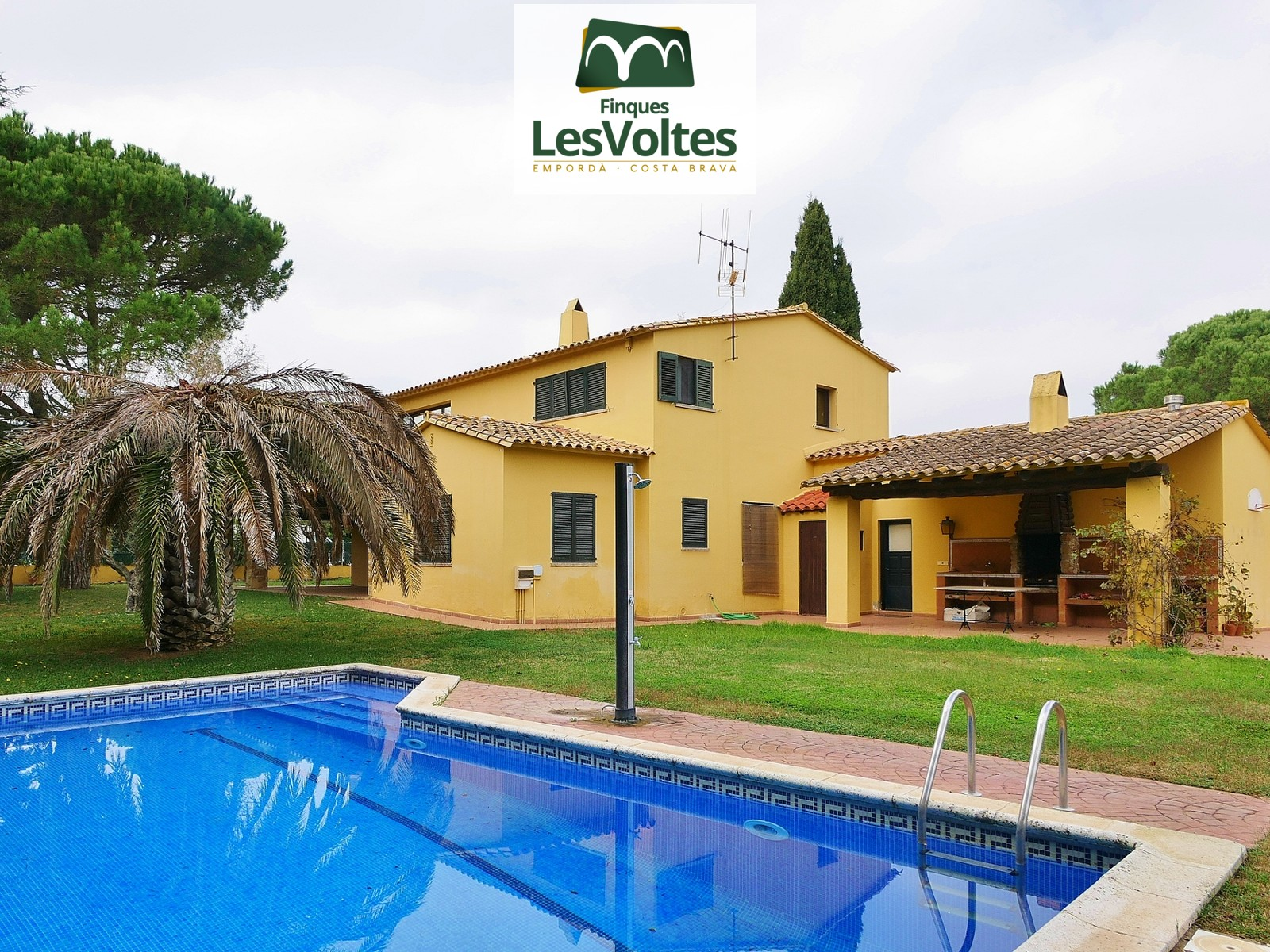 Fantastic detached house with large garden and pool for sale in Torre Simona.