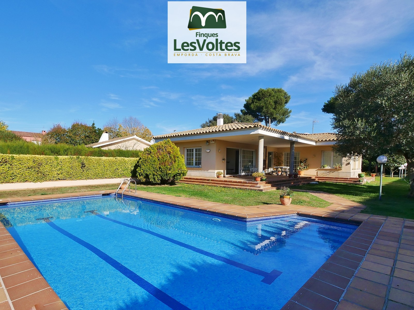 Fantastic ground floor house with large garden and pool for sale in Torre Simona.