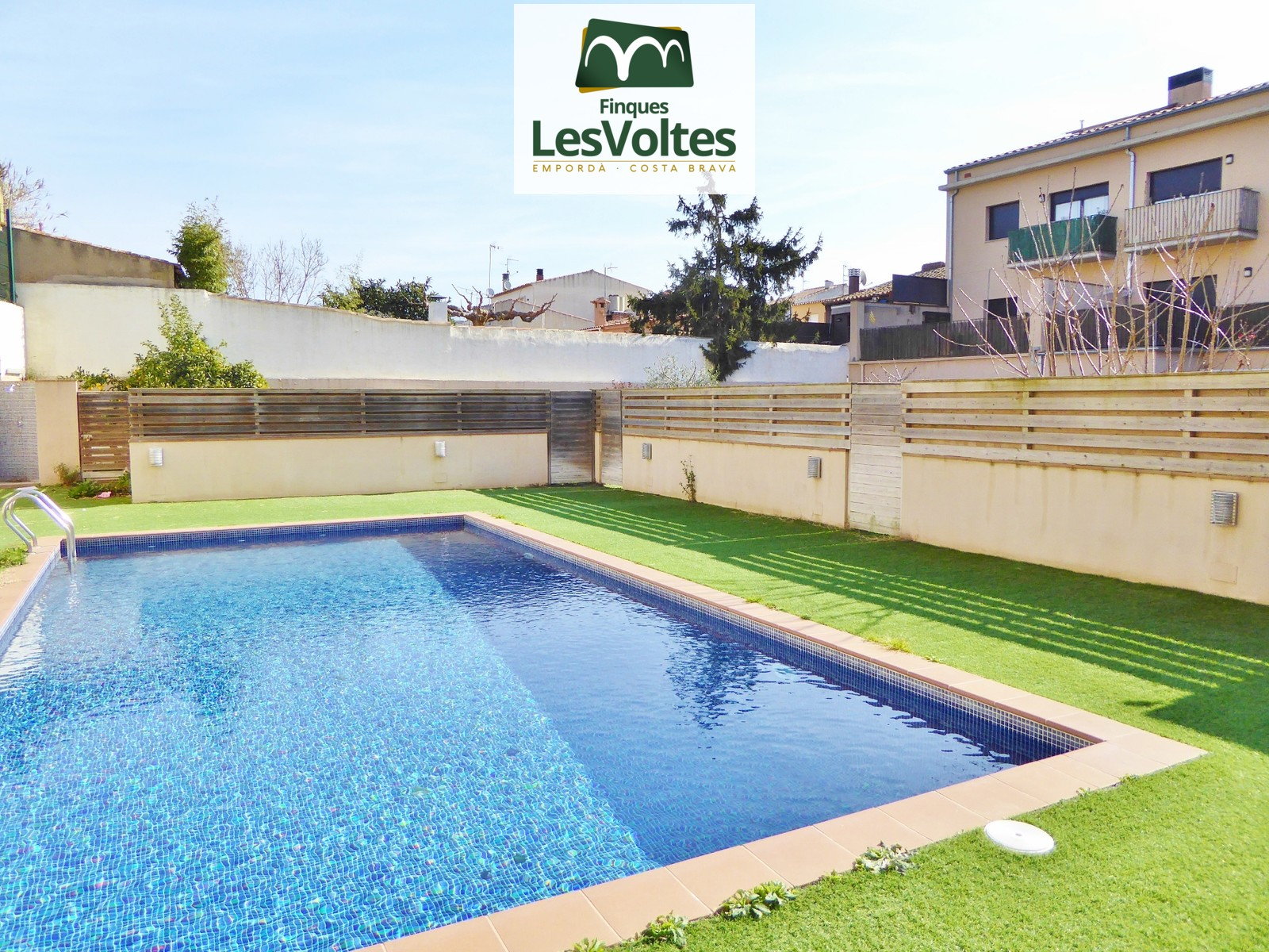 2-bedroom apartment with parking space and pool for sale in Palafrugell. First floor with elevator.