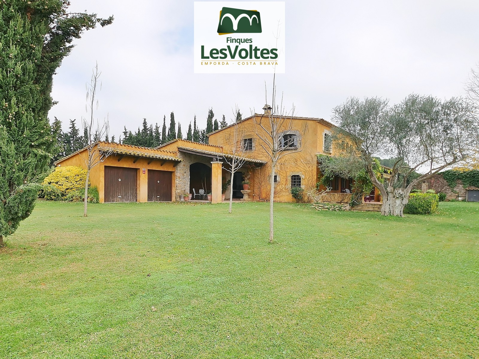 Magnificent 480 m2 rustic house for sale in Baix Empordà, just 3 km from the Llafranc and Tamariu beaches, and very close to