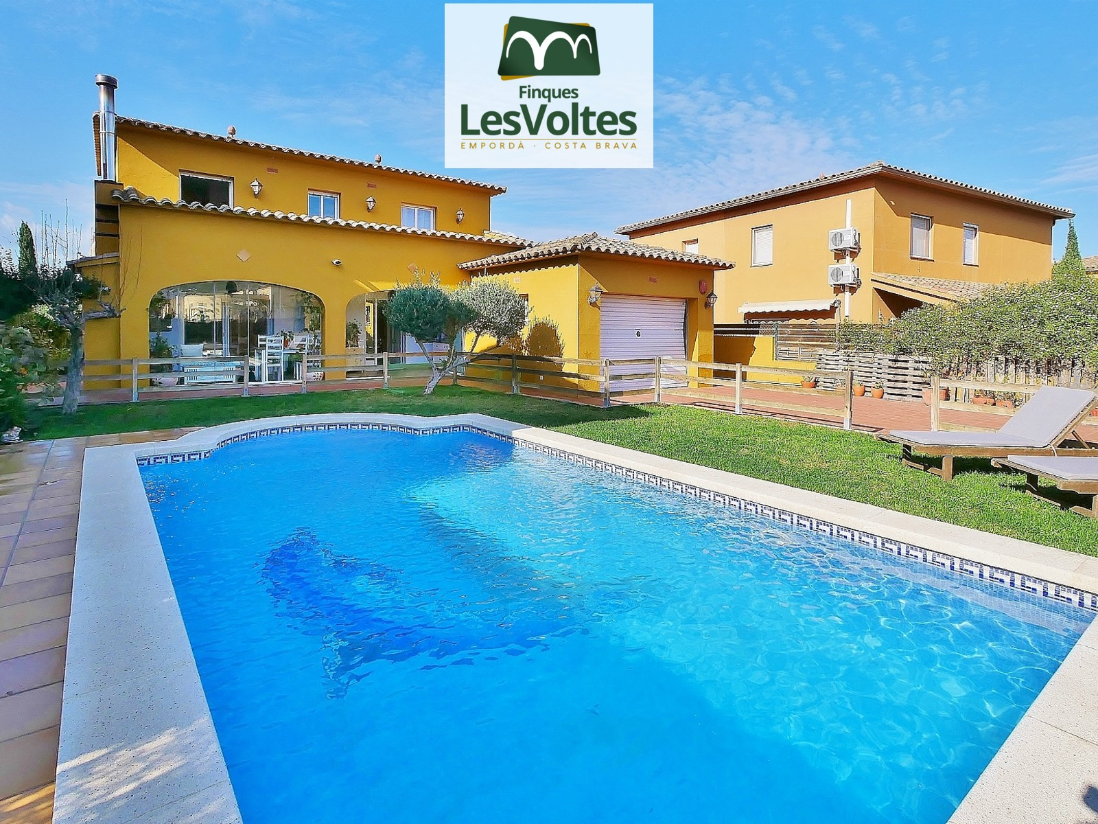 Magnificent detached house with garden and pool for sale in the town of Esclanyà, located in a quiet and well-connected.