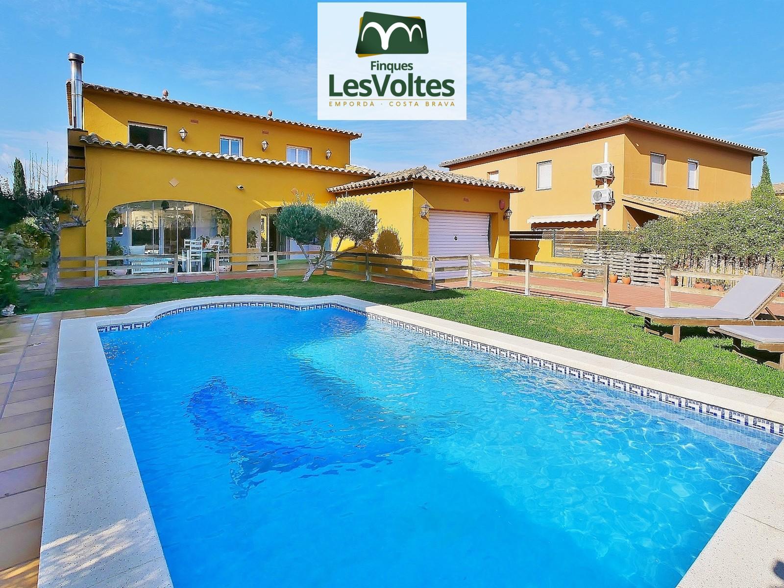 Magnífica casa unifamiliar con jardín y piscina en venta en el pueblo de Esclanyà, situada en entorno tranquilo.