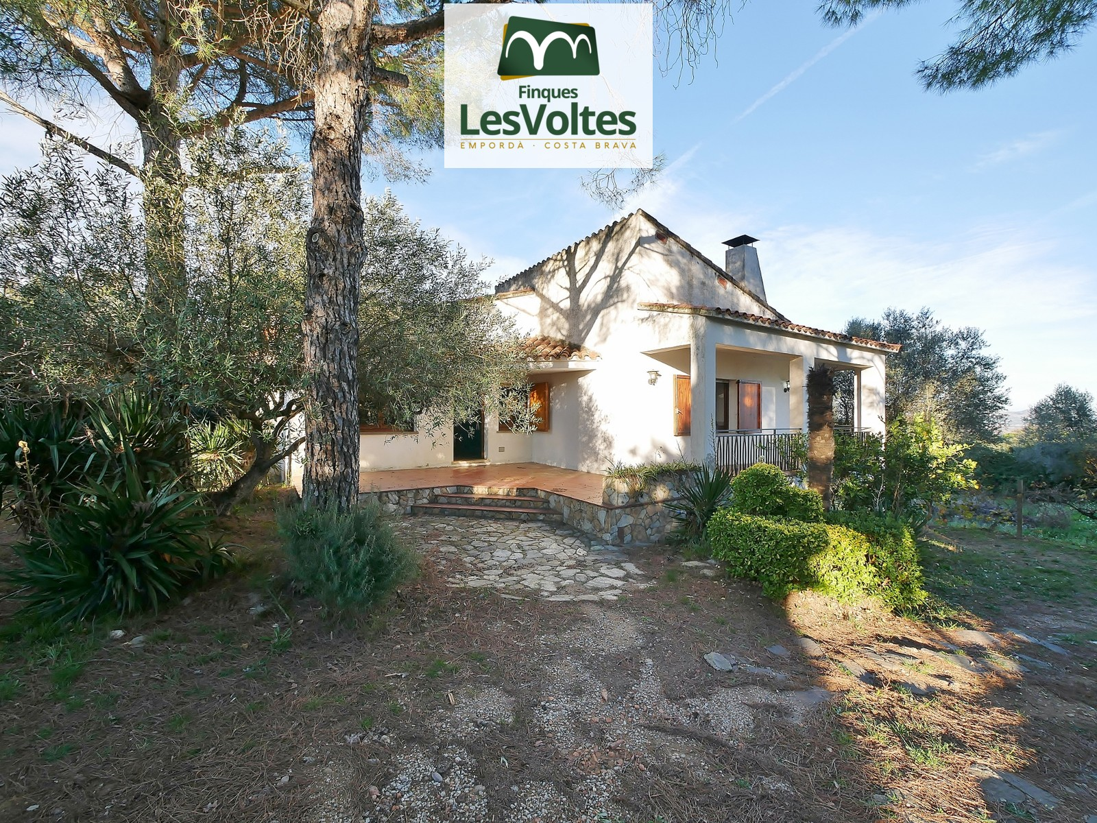 SINGLE-FAMILY HOUSE DISTRIBUTED ON THE GROUND FLOOR WITH PLOT OF 1540 M2 AND VIEWS TO THE MEDAS ISLANDS FOR SALE IN RUPIÀ
