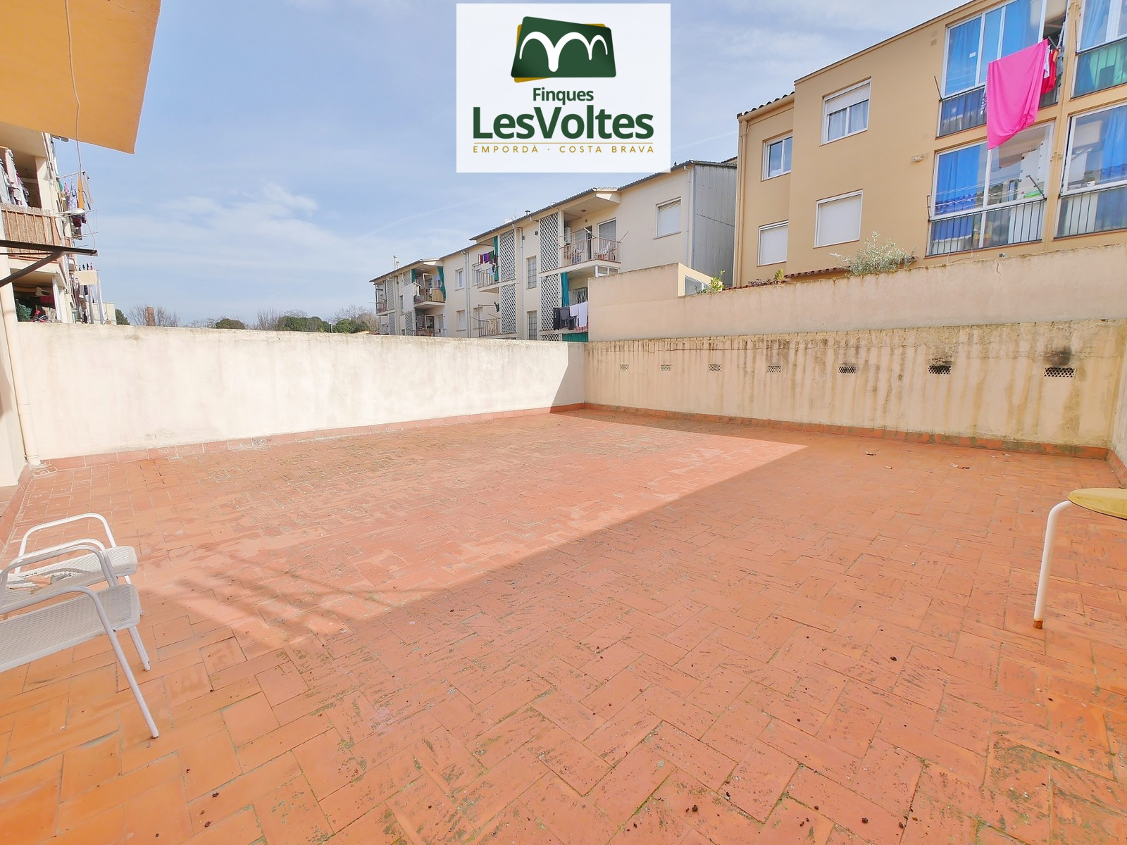 80 M2 APARTMENT ON THE FIRST FLOOR WITHOUT ELEVATOR, 70 M2 TERRACE AND CLOSED DOUBLE GARAGE FOR SALE IN LA BISBAL D'EMPORDÀ.