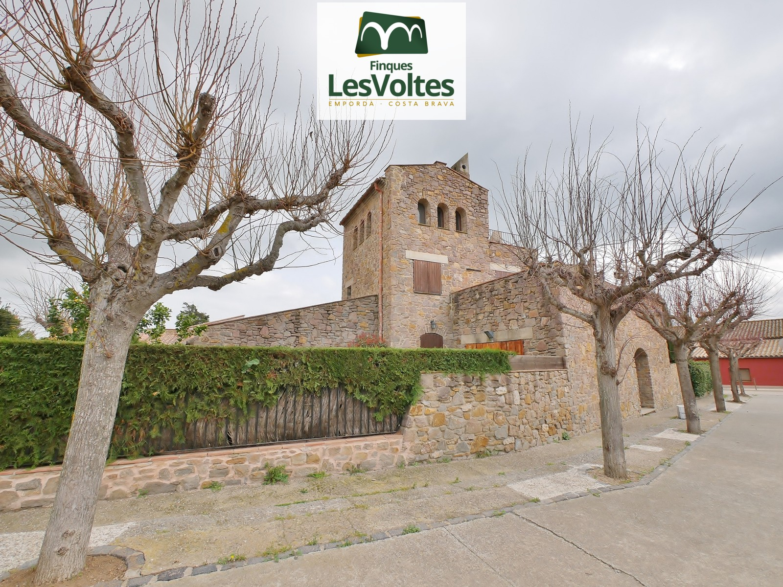 CHARMING STONE HOUSE OF 170 M2 WITH GARDEN OF 80 M2 FOR RENT IN SANT SADURNÍ DEL HEURA.