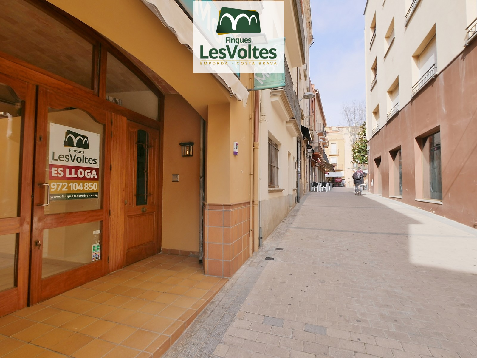 COMMERCIAL PREMISES WITH CHARM FOR RENT IN THE PEDESTRIAN CENTER OF PALAFRUGELL. GOOD LOCATION NEXT TO PLAÇA NOVA.