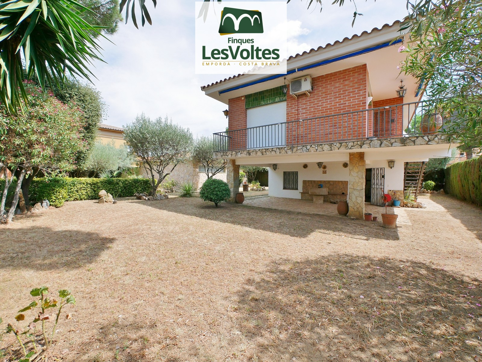 SINGLE FAMILY HOUSE OF 185 M2 WITH INDEPENDENT GARAGE, TERRACE AND GARDEN OF 670 M2 FOR SALE IN LA BISBAL D'EMPORDÀ.