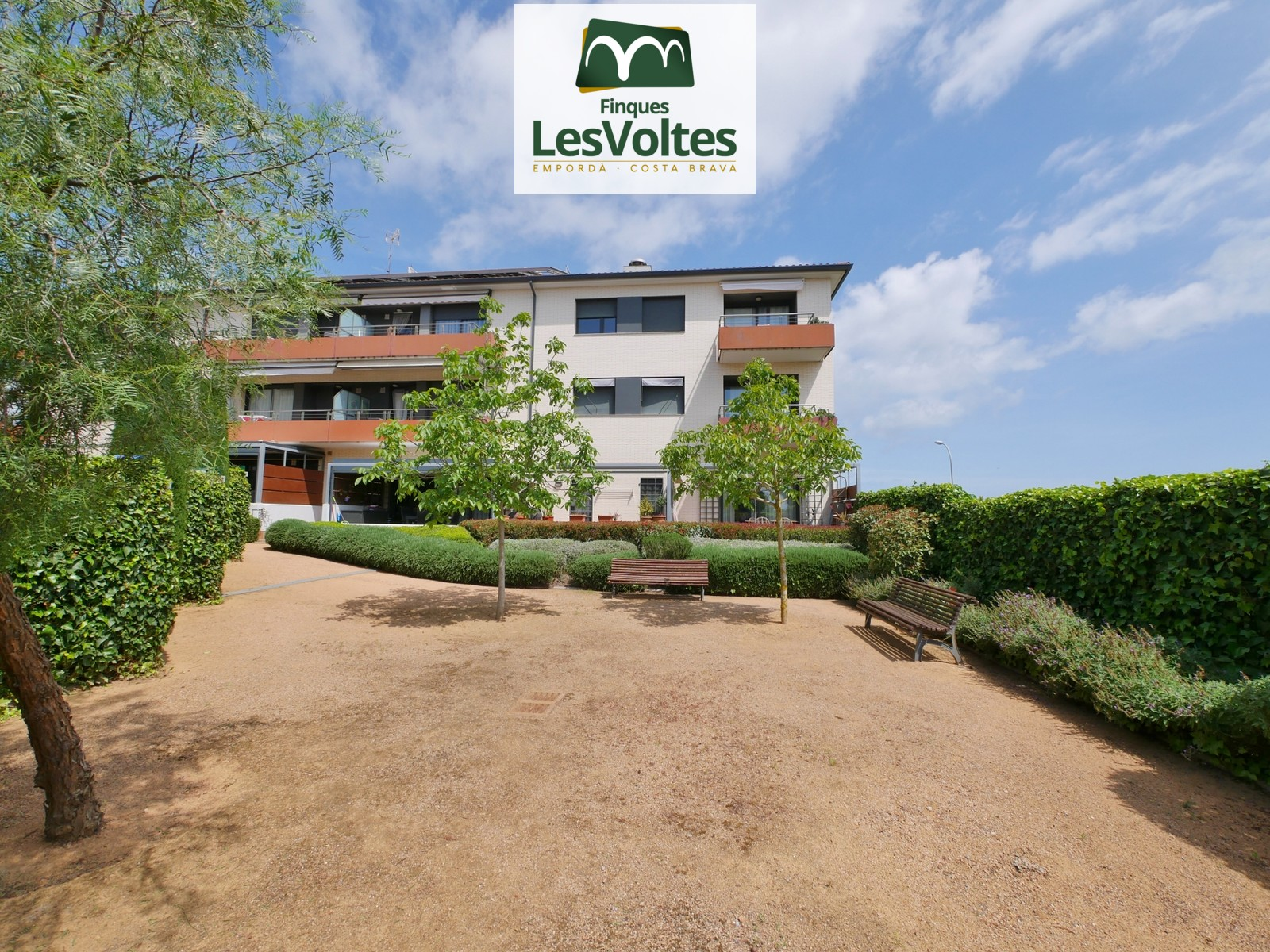 MAGNIFICENT 72 M2 APARTMENT WITH GOOD VIEWS AND 2 PARKING SPACES. IMPECCABLE COMMUNITY WITH GARDEN IN A QUIET AREA CLOSE TO T