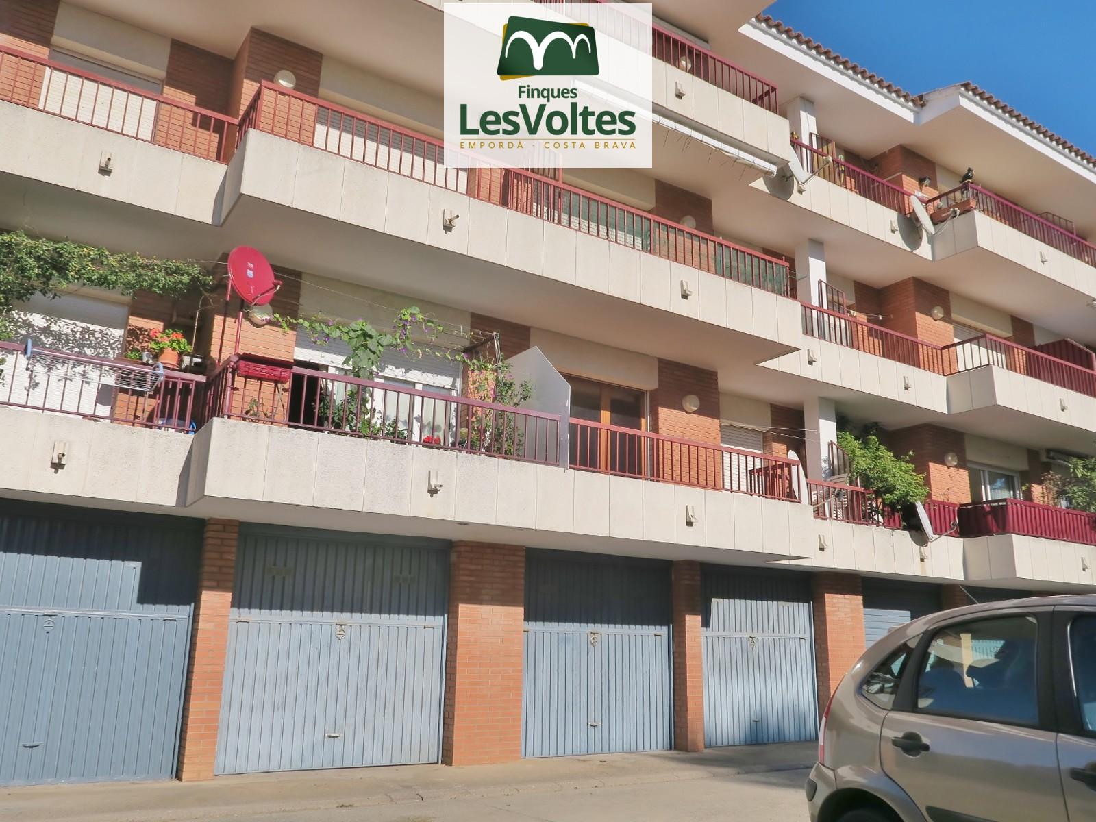 64 M2 APARTMENT TO RESTORE, ON THE FIRST FLOOR WITHOUT ELEVATOR, GARAGE AND ACCESS TO COMMUNITY POOL FOR SALE IN ESTARTIT.