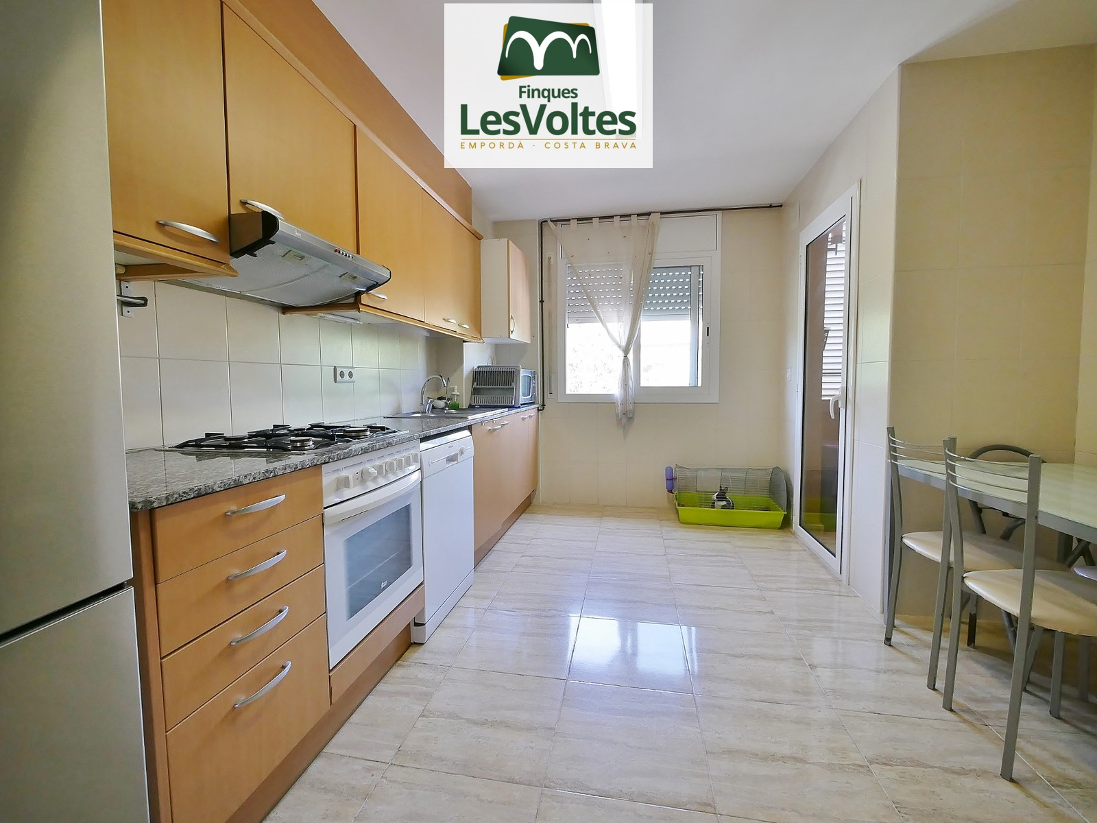 SPACIOUS APARTMENT OF 90M2 WITH PARKING AND STORAGE ROOM SITUATED IN A SMALL NEIGHBORHOOD COMMUNITY NEAR THE CENTER. QUIET AN