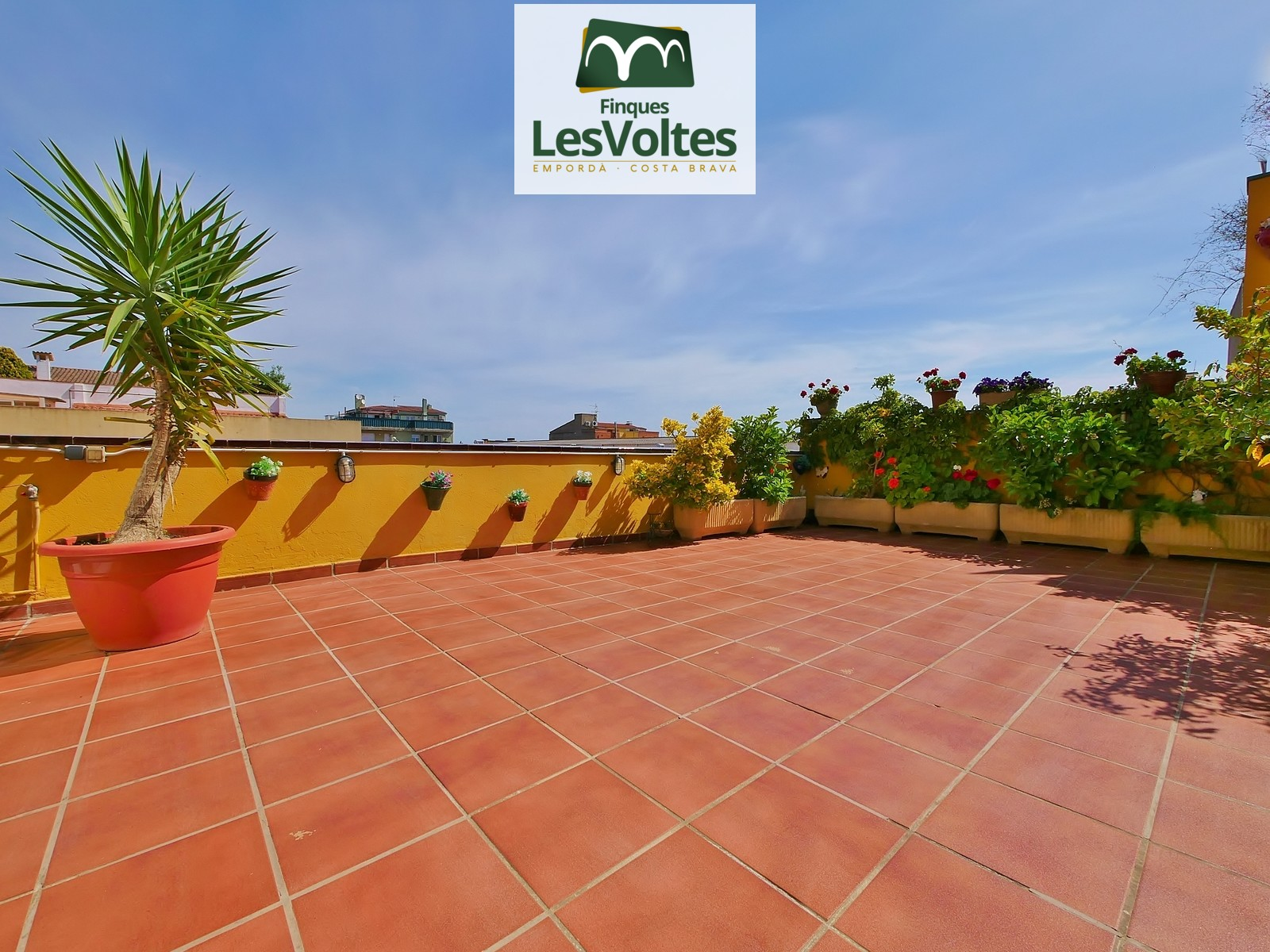 SPACIOUS APARTMENT OF 110 M2 WITH LARGE TERRAZZA OF 60 M2 IN GOOD SITUATION NEAR THE CENTER OF PALAFRUGELL. PARKING SPACE INC
