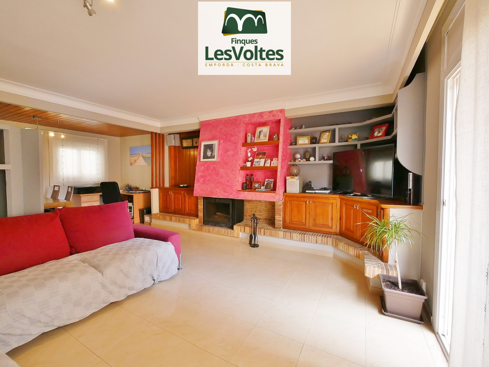 SPACIOUS 105M2 APARTMENT IN A QUIET RESIDENTIAL AREA VERY CLOSE TO THE CENTER. PARKING SPACE AND STORAGE ROOM INCLUDED.