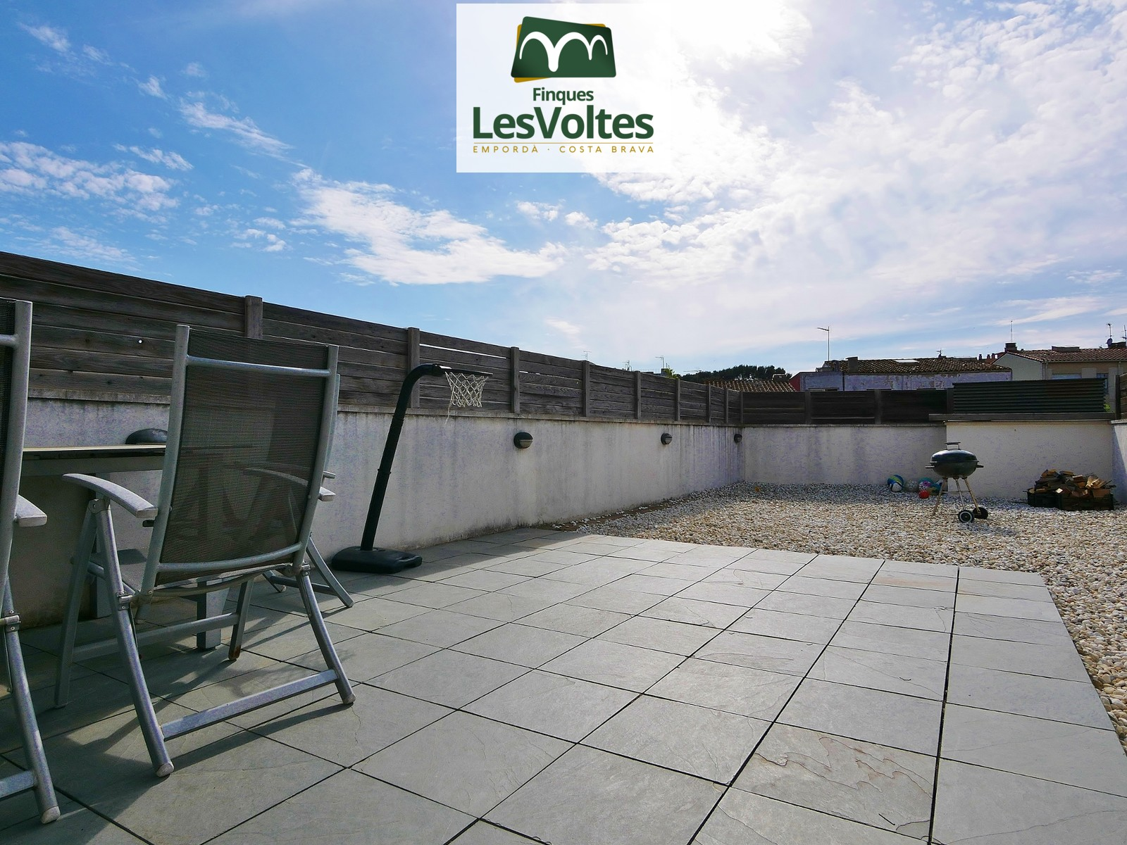 MAGNIFICENT 85M2 APARTMENT WITH A 62M2 TERRACE, PARKING AND STORAGE ROOM IN A SMALL COMMUNITY NEAR THE CENTER.