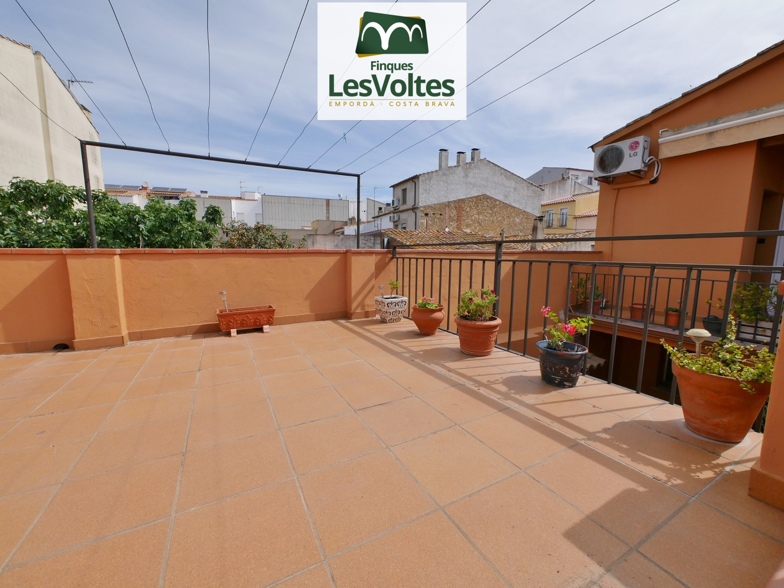 CORNER VILLAGE HOUSE WITH GARAGE AND LARGE TERRAZZA DISTRIBUTED IN 2 TOTALLY INDEPENDENT PROPERTIES. GOOD LOCATION CLOSE TO T