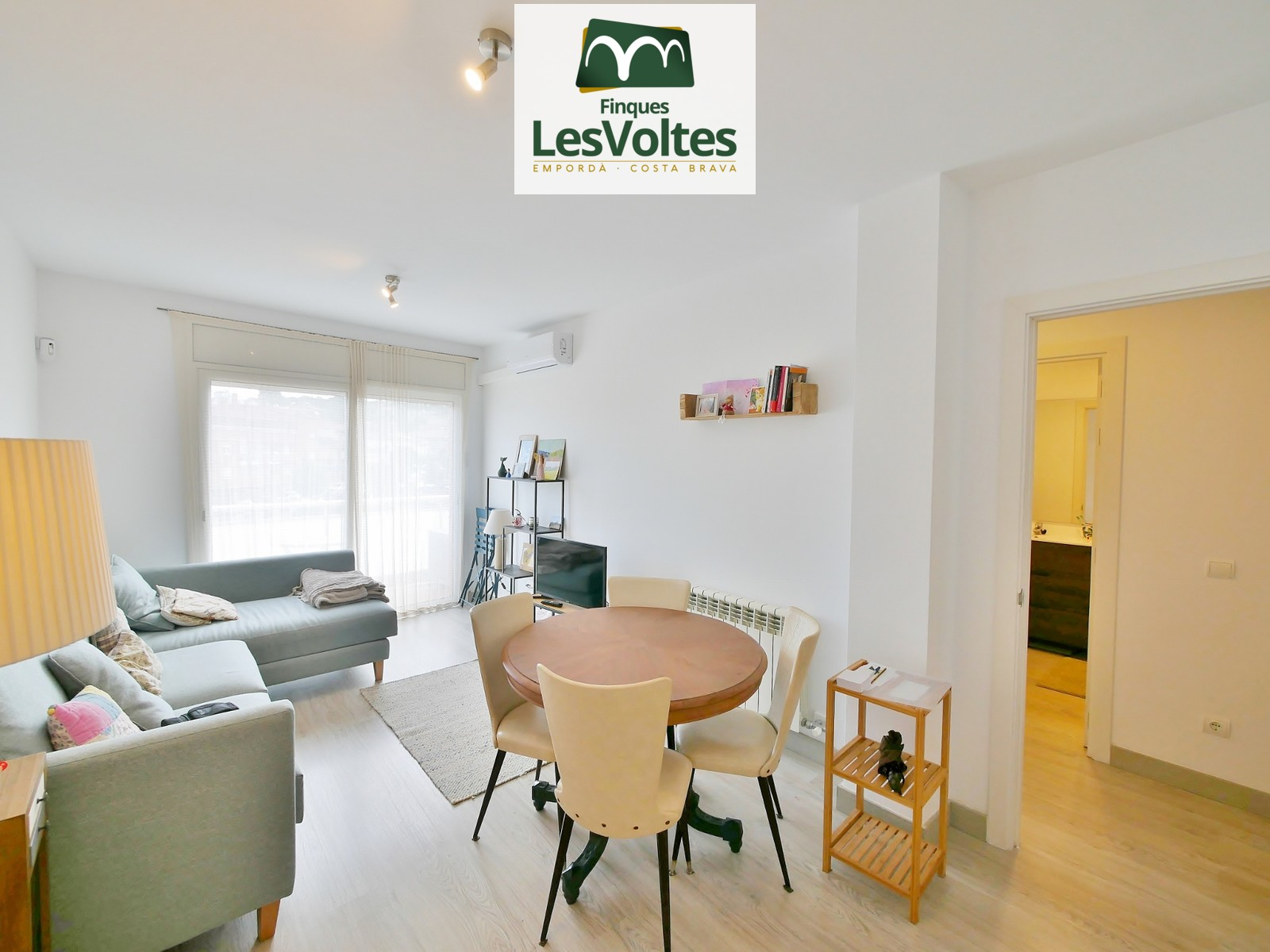 IMPECCABLE APARTMENT OF 60 M2 ON THE SECOND FLOOR WITH ELEVATOR, FOR SALE IN THE CENTER OF LA BISBAL D'EMPORDÀ.